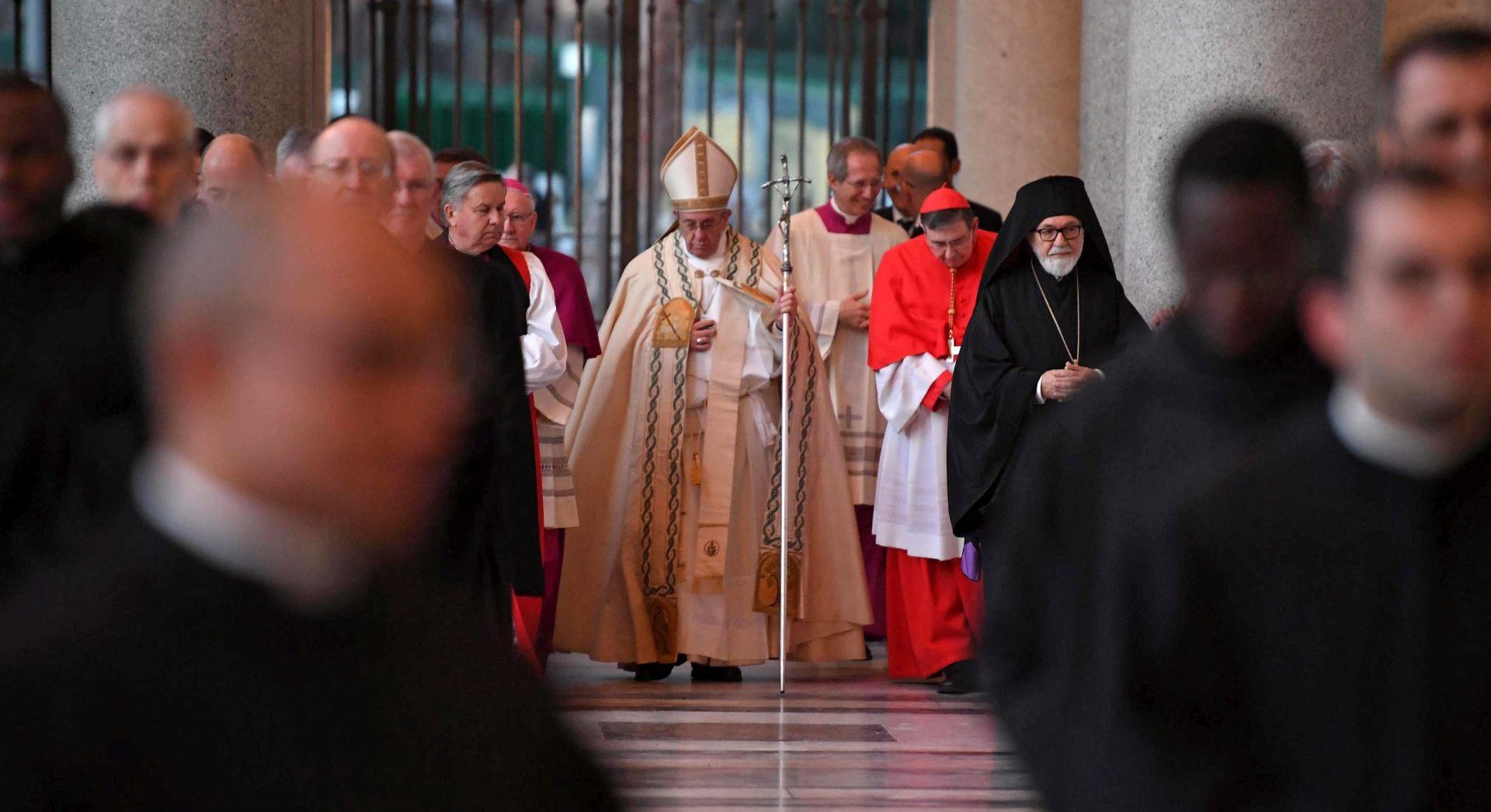 U Rimu se pojavili anonimni plakati s kritikama Pape