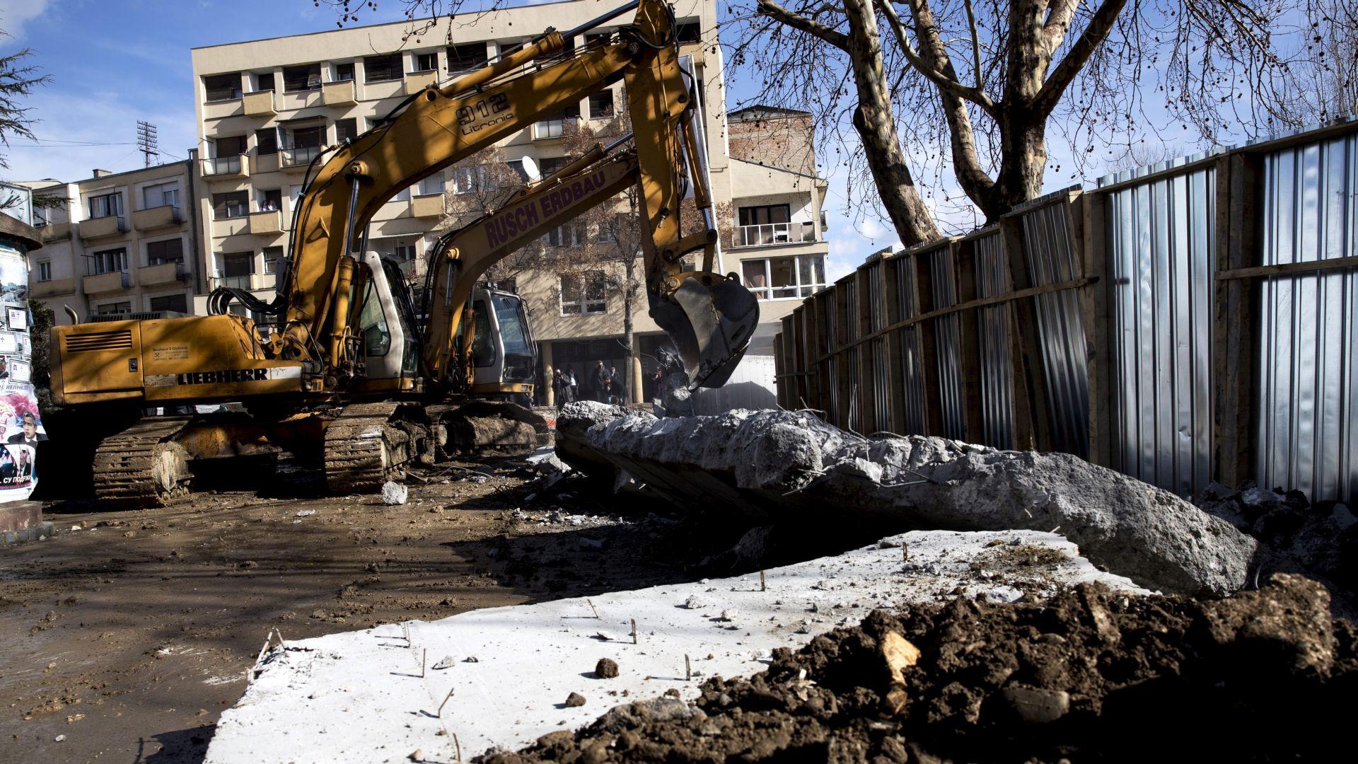 Srbi srušili zid u Kosovskoj Mitrovici