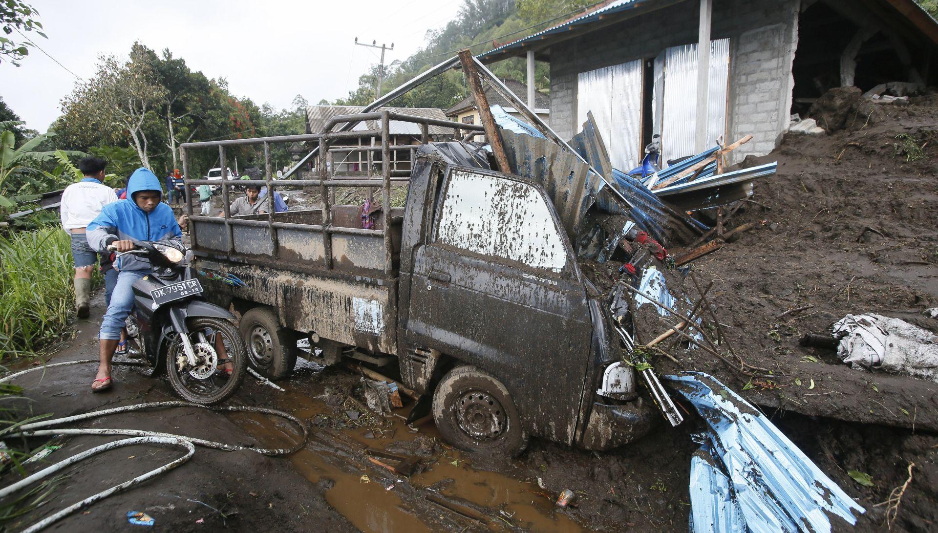Dvanaest mrtvih u klizanju tla na Baliju