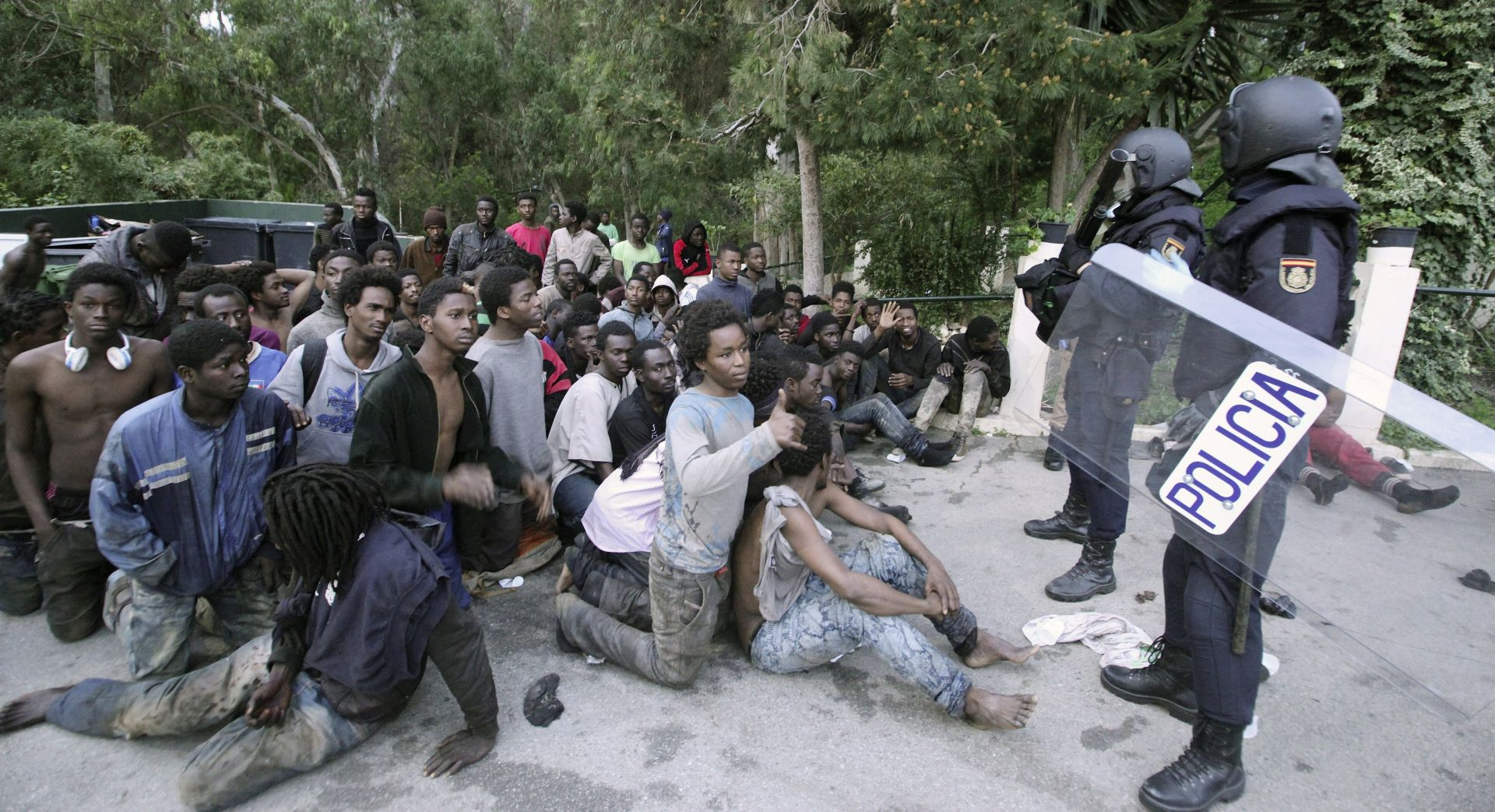 Stotine migranata prešlo granicu u španjolsku enklavu Ceutu