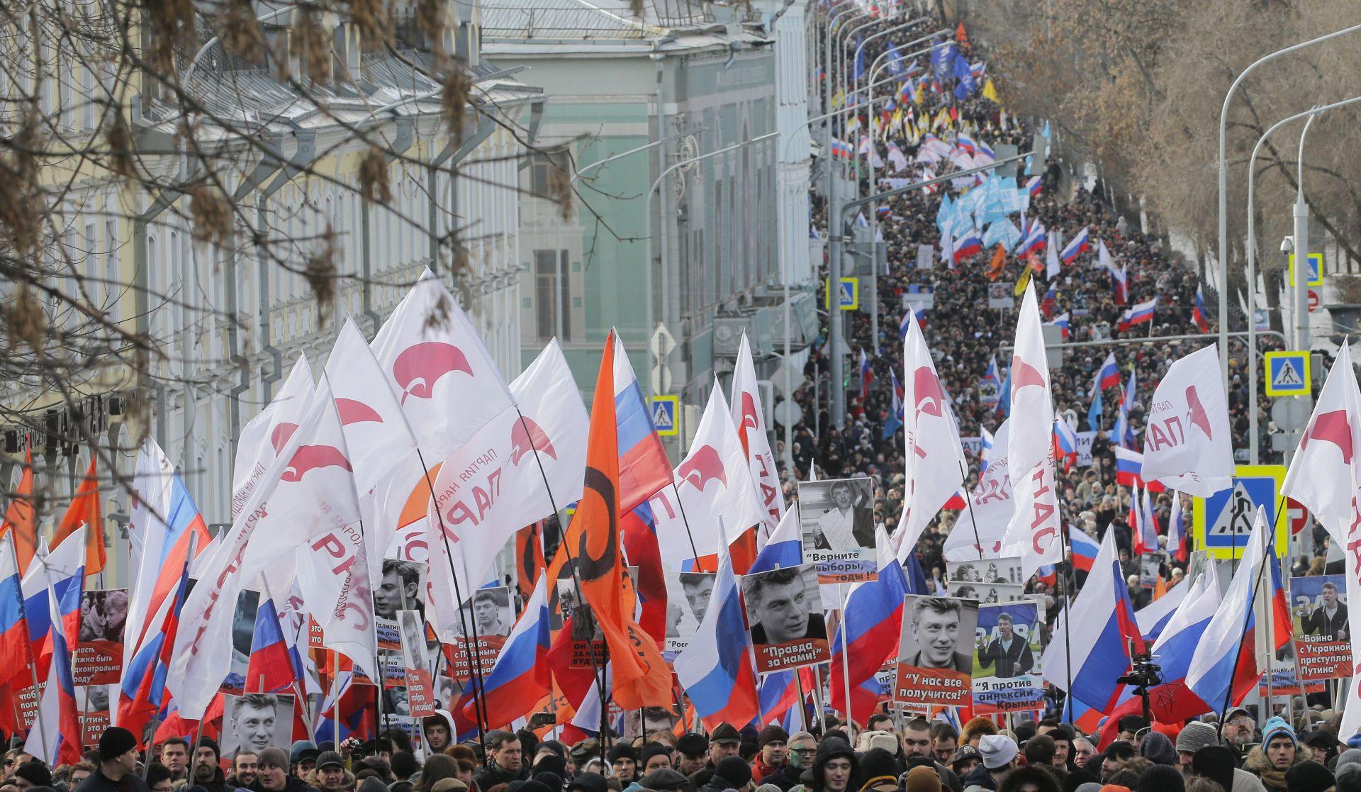 Tisuće ljudi maršira u Moskvi u znak sjećanja na likvidiranog Nemcova