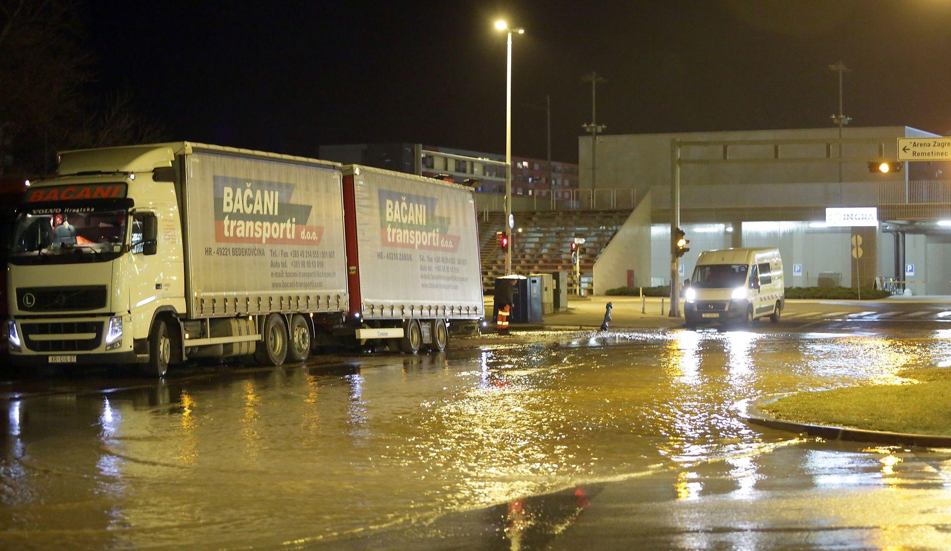 Kamion udario u hidrant kraj Arene Zagreb, nastala poplava