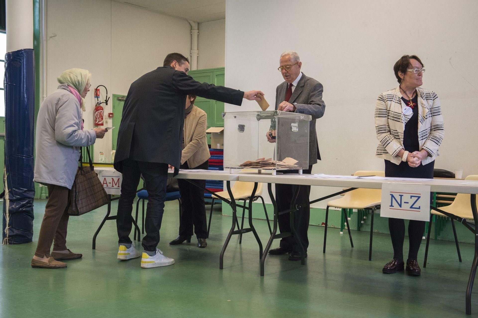 ANKETA Fillon i Macron lako pobjeđuju Le Pen u drugom krugu