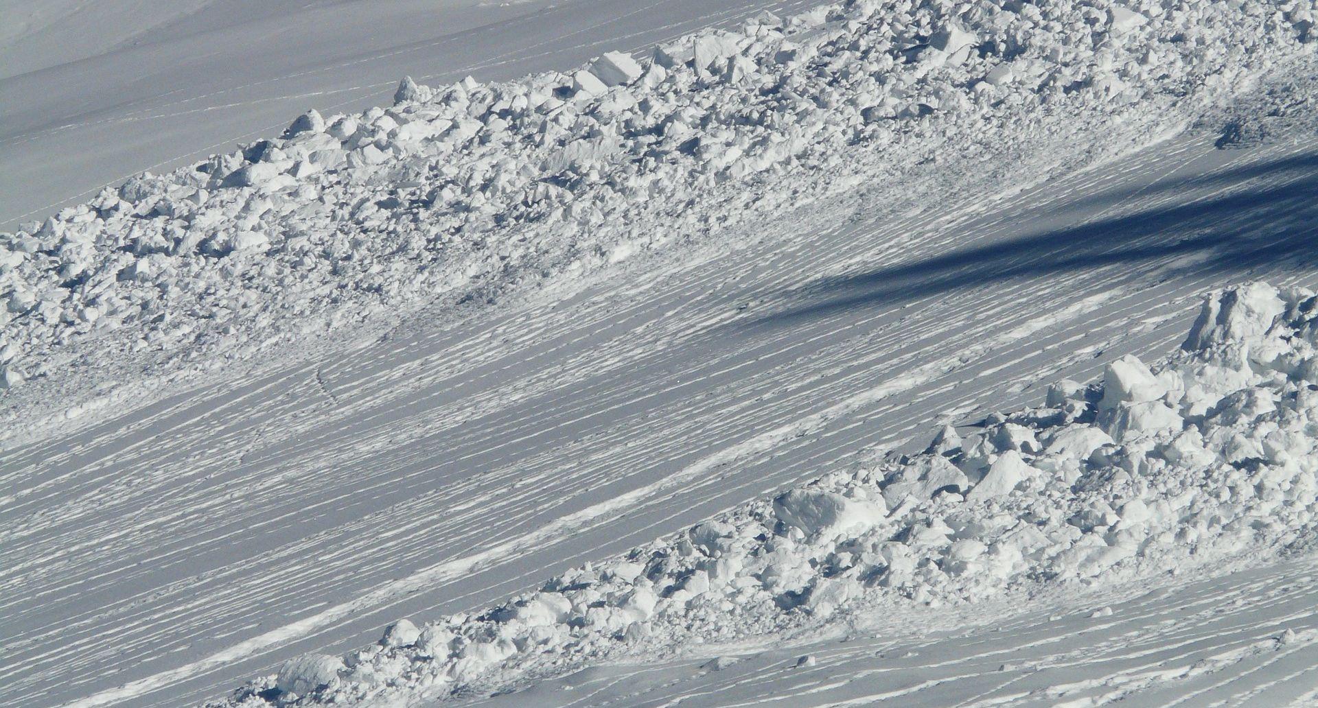 Tri lavine u francuskim Alpama odnijele dva života, jedna osoba nestala
