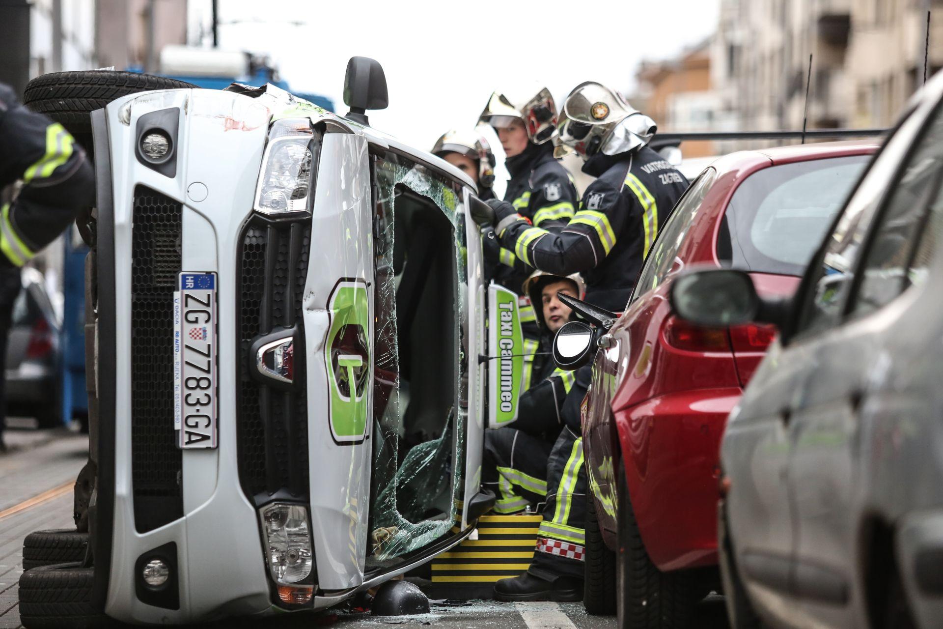 PROMETNA NESREĆA: U Zagrebu se taksi prevrnuo na bok, jedna osoba ozlijeđena