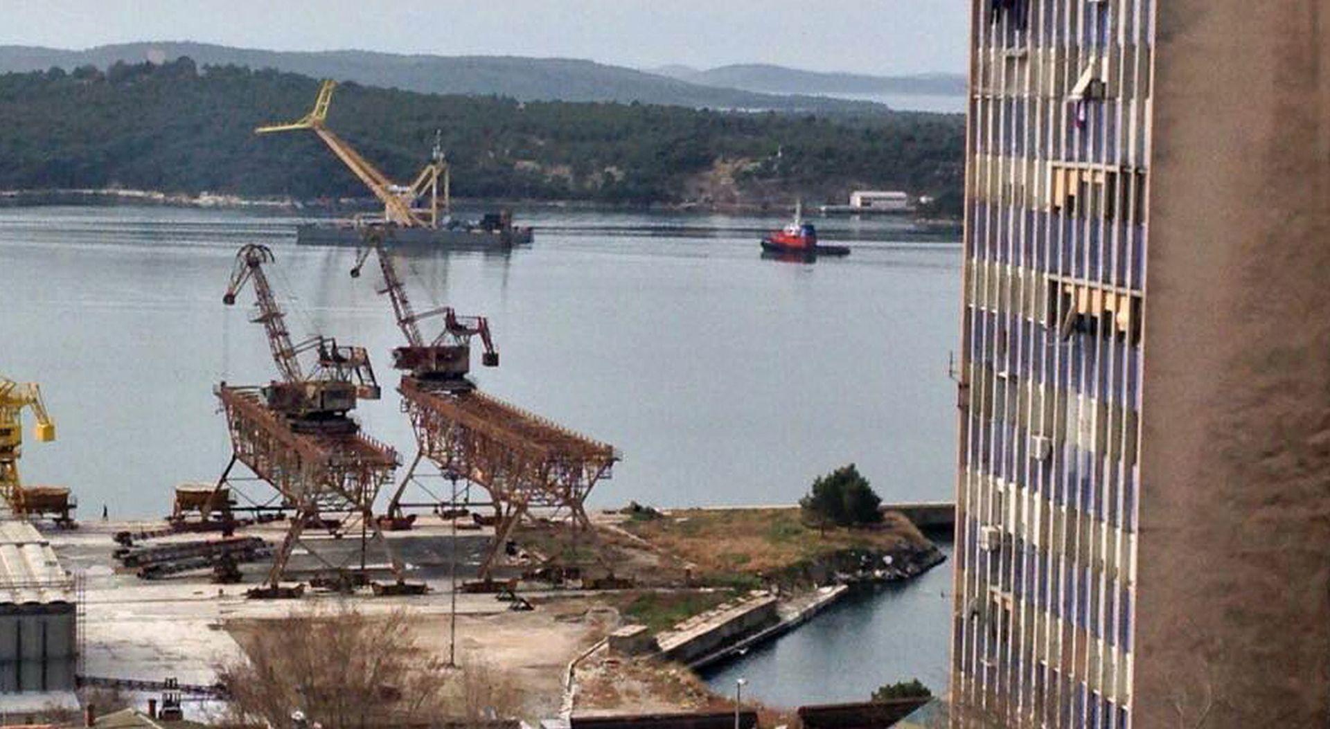 ŠIBENIK Megadizalica podizala zaglavljenu jahtu tešku 500 tona
