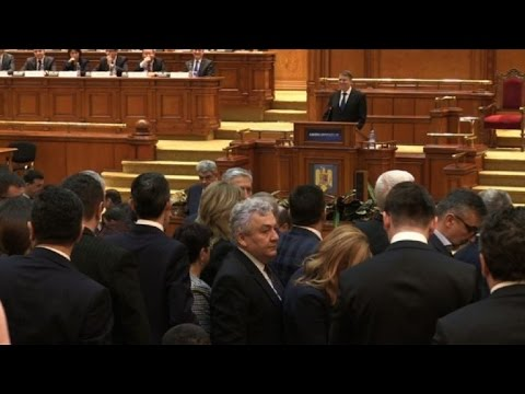 VIDEO: Rumunjski zastupnici napustili parlament