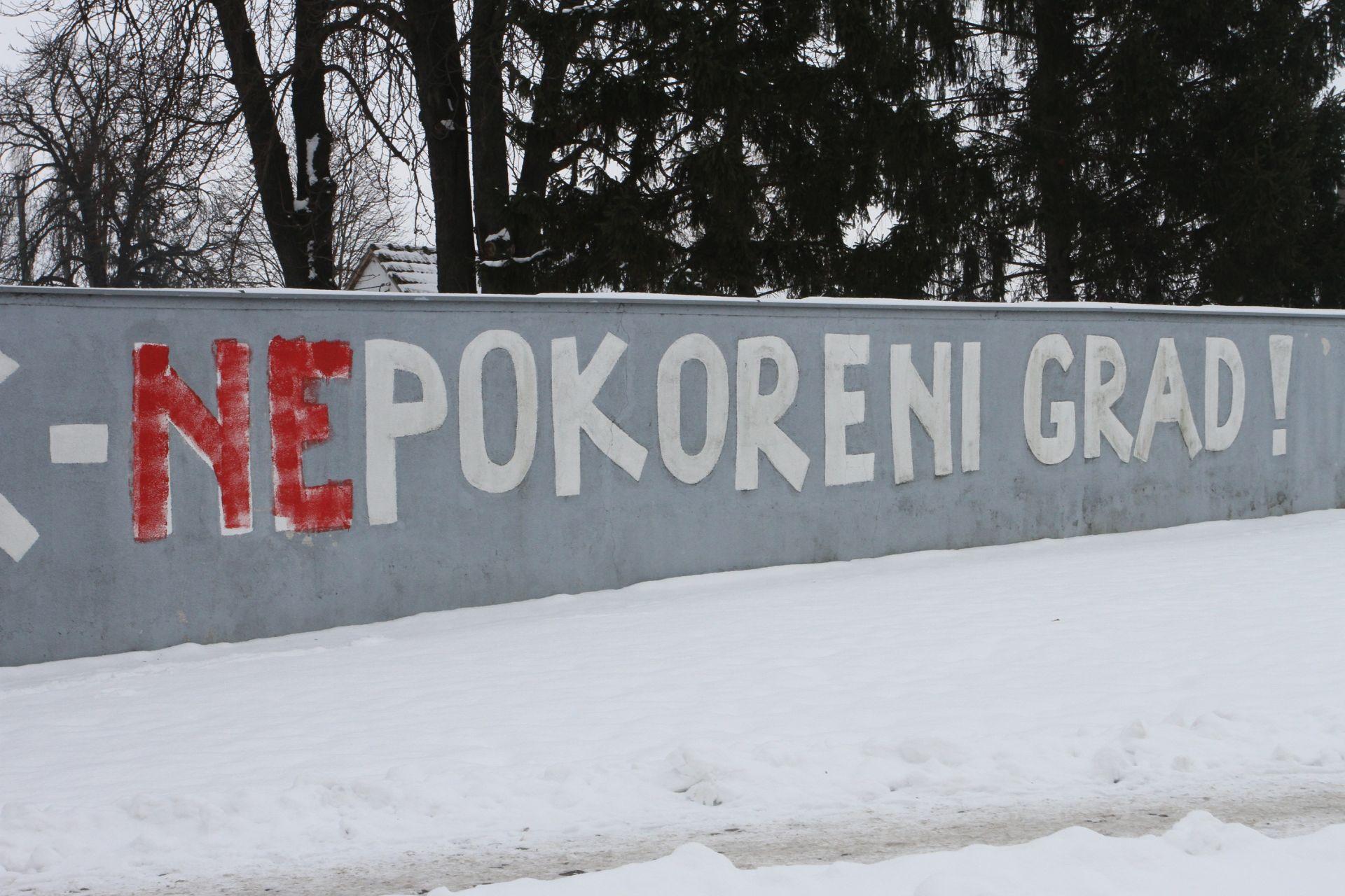 """""""OSIJEK – NEPOKORENI GRAD"""": Udruge i HDSSB osudili oštećivanje zida s grafitom"""