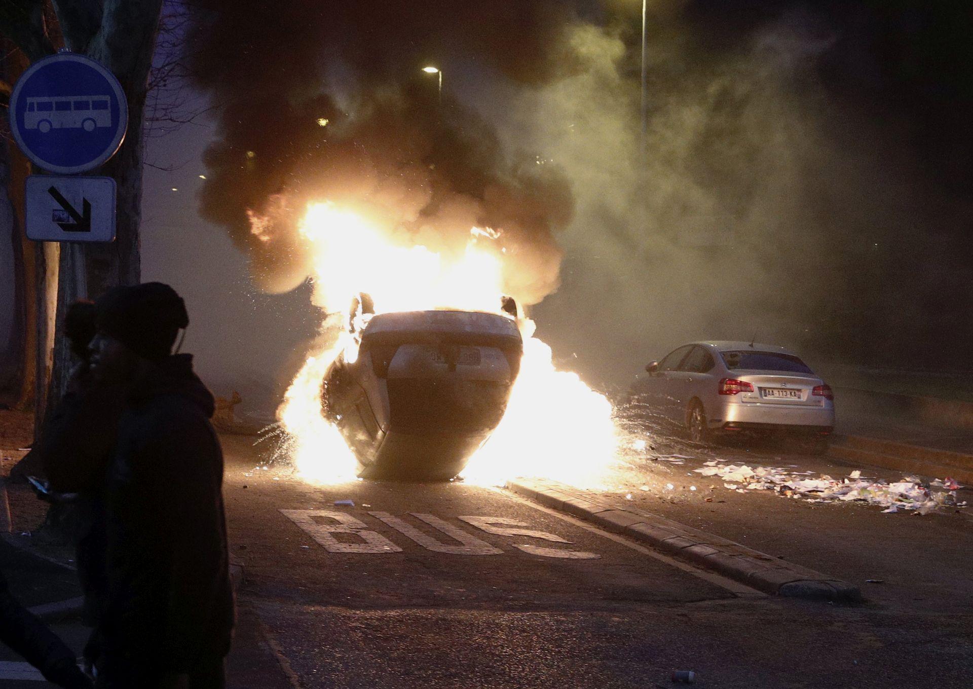 NOVI SUKOBI: Napeto između policije i prosvjednika u pariškom predgrađu