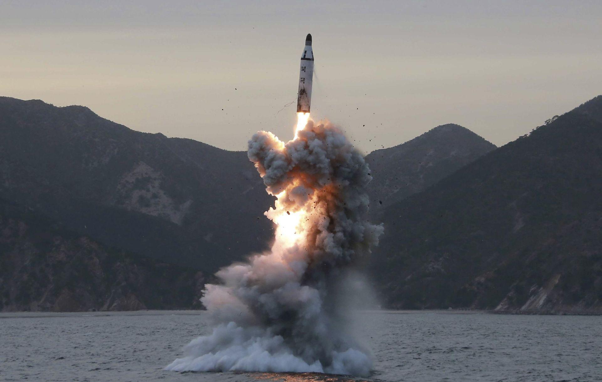 """STIGLE OŠTRE REAKCIJE: Sjeverna Koreja ispalila projektil """"srednjeg dometa"""""""