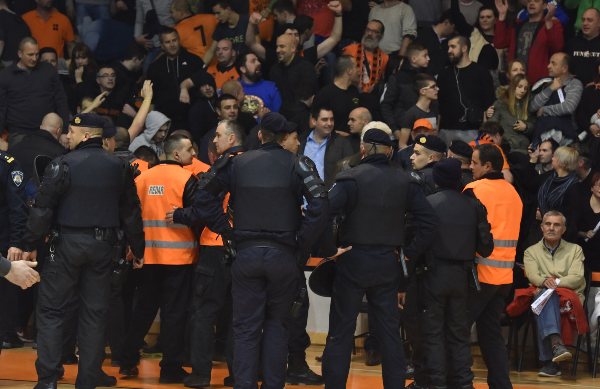 SEDAM PRIVEDENIH: Nedopušten upad na parket na utakmici Šibenik-Zadar