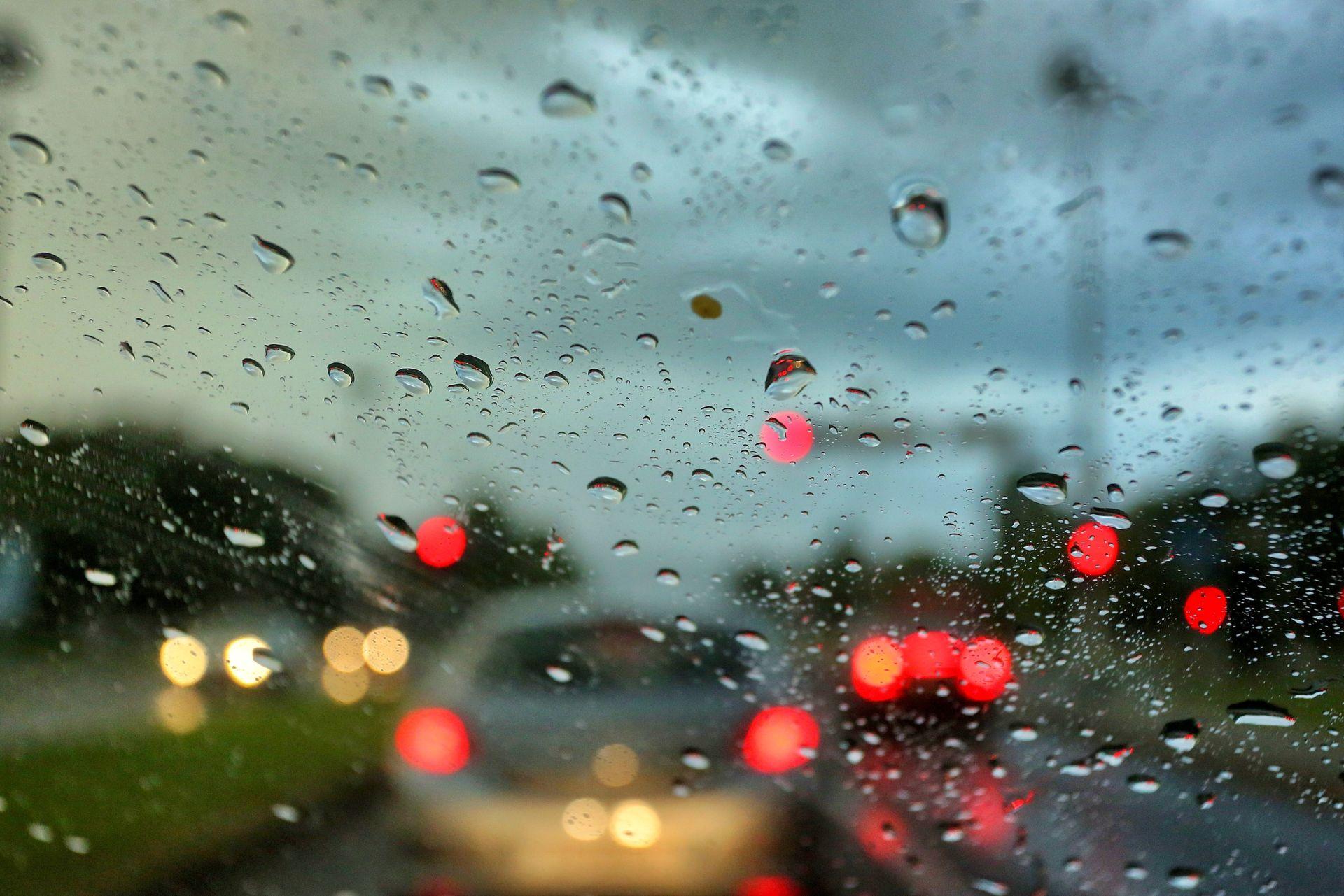 VRIJEME: Oblačno s povremenom kišom, na Jadranu pljuskovi s grmljavinom