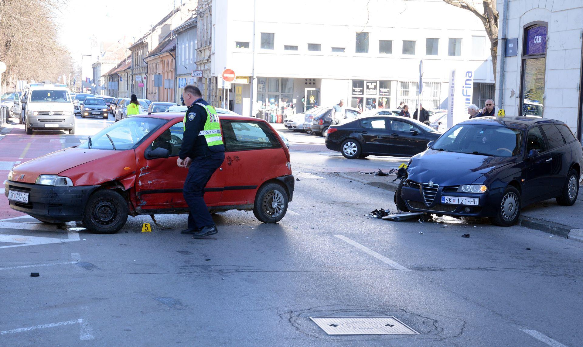 SISAK Fiat odbacio Alfu pa je udarila u pješaka