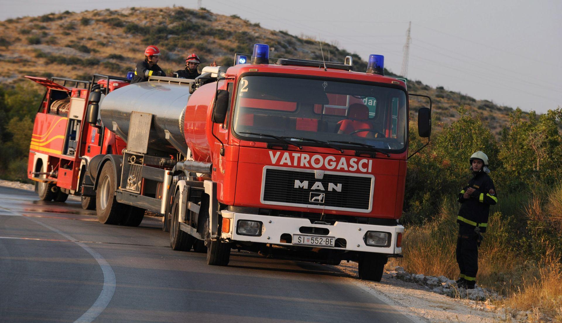 HAK Požar na Jadranskoj magistrali, za sav promet zatvorena dionica kod Srime