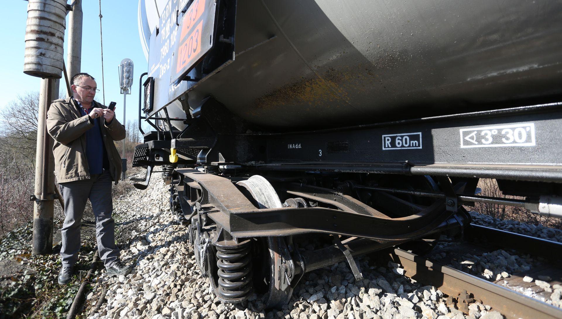 ZVEČAJ Teretni vlak iskočio iz tračnica, željeznički promet u prekidu
