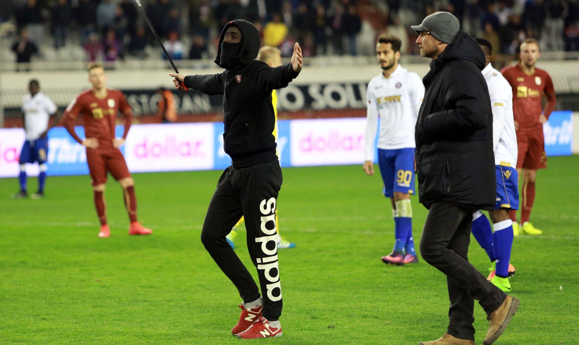 Maskirani navijač Hajduka s palicom uletio u teren, htio se obračunati sa sucem Zebecom