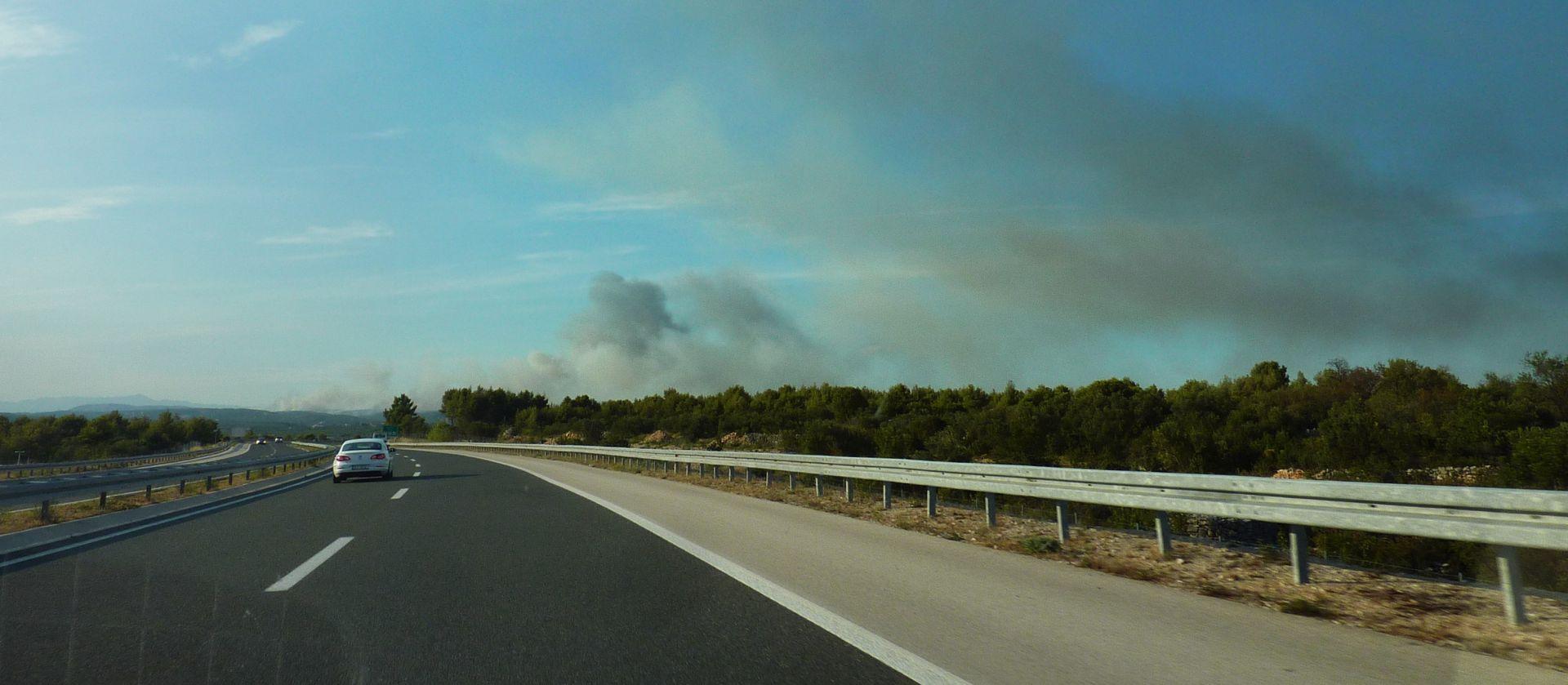 HAK Više požara na A1, vozi se uz ograničenje brzine