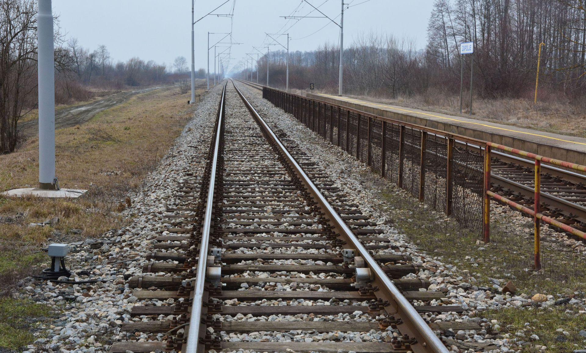 U sudaru kombija i vlaka u mjestu Cirkvena ozlijeđena jedna osoba