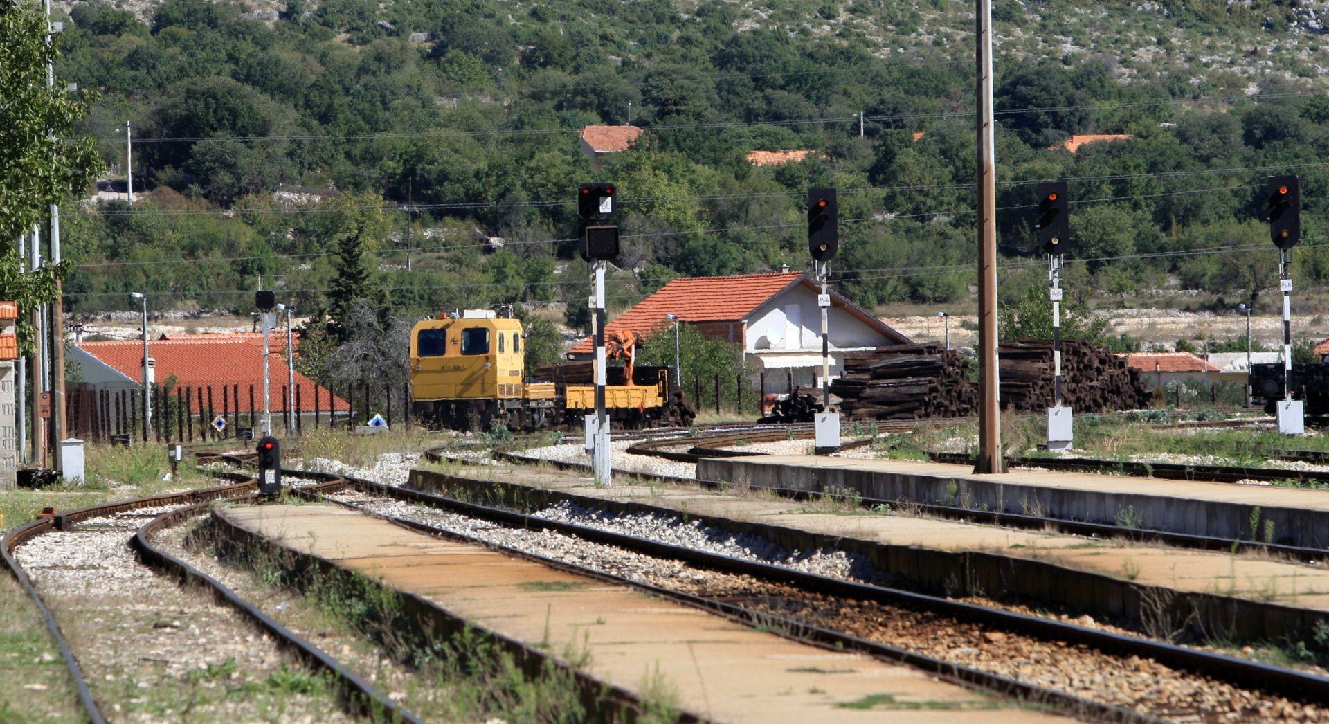 BIH U sudaru s vlakom kraj Doboja poginuli majka, otac i 17-godišnja kćer