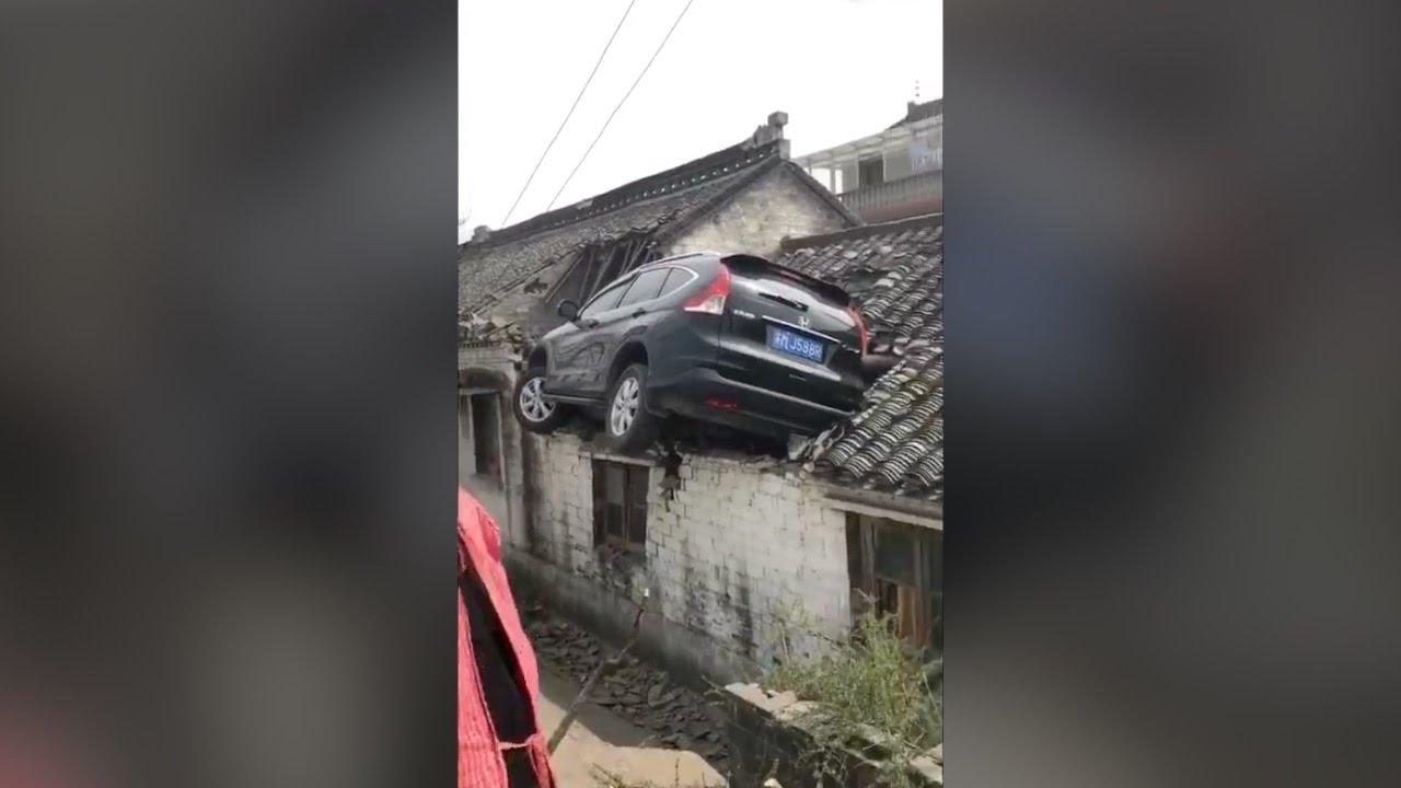 VIDEO: KINA Autom sletio na krov kuće, prošao bez ozljeda