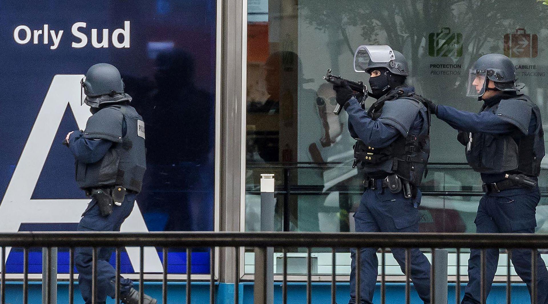 PUCNJAVA U ZRAČNOJ LUCI: Radikalizirani musliman ustrijeljen na Orlyiju, prije toga izveo napad na sjeveru Pariza