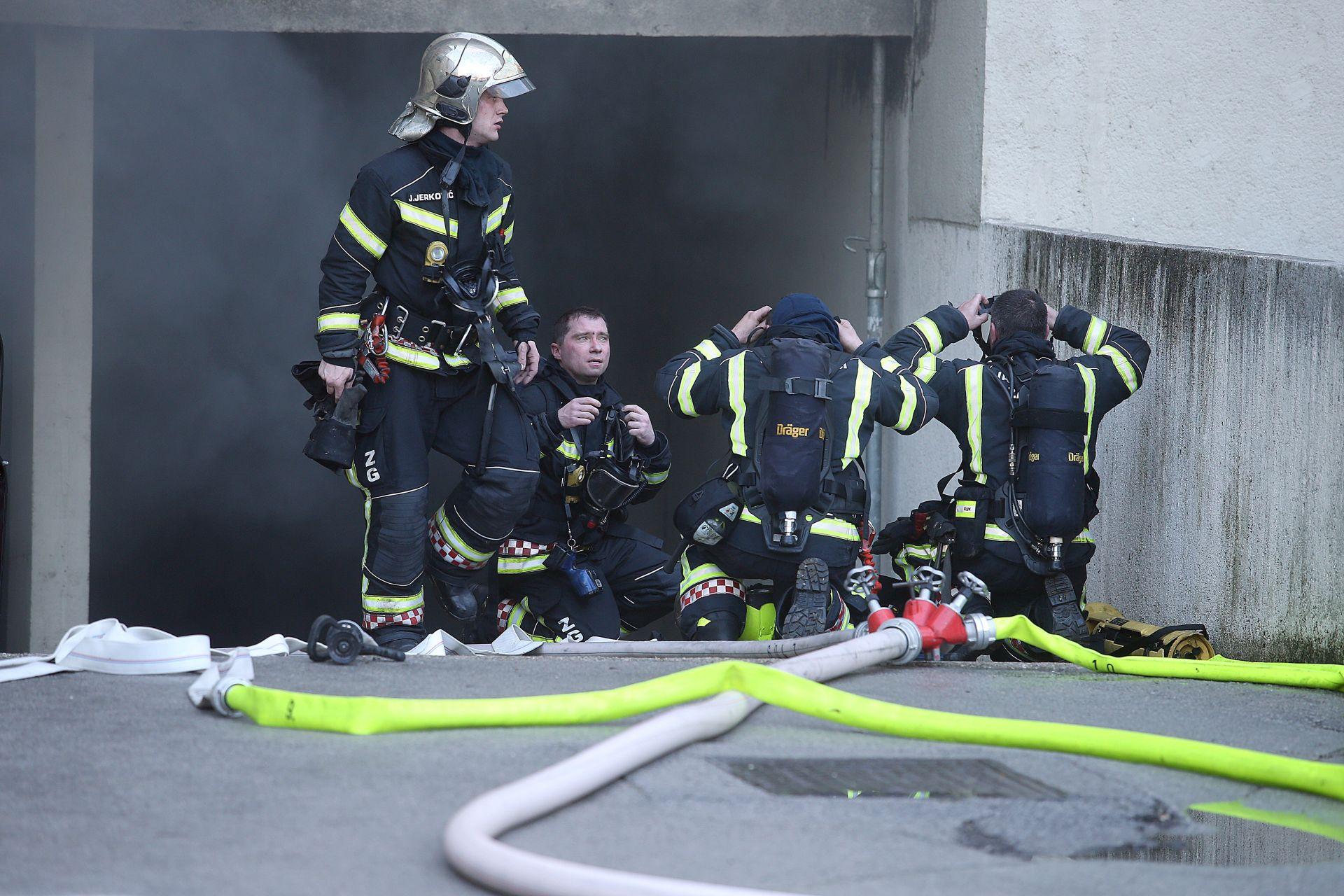 VATROGASCI IZBJEGLI TRAGEDIJU: U zapaljenim garažama nalazile se plinske boce