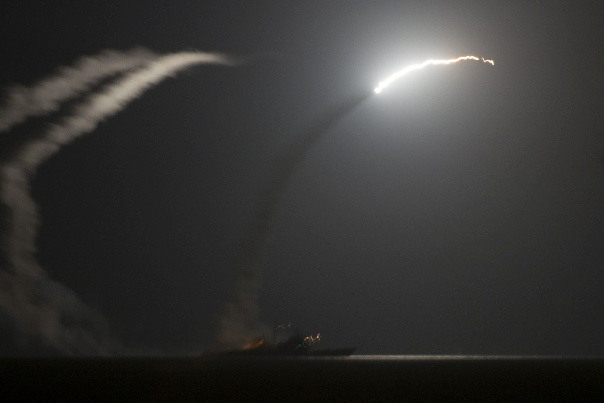 SAD krstarećim raketama odgovorio na kemijski napad u Siriji