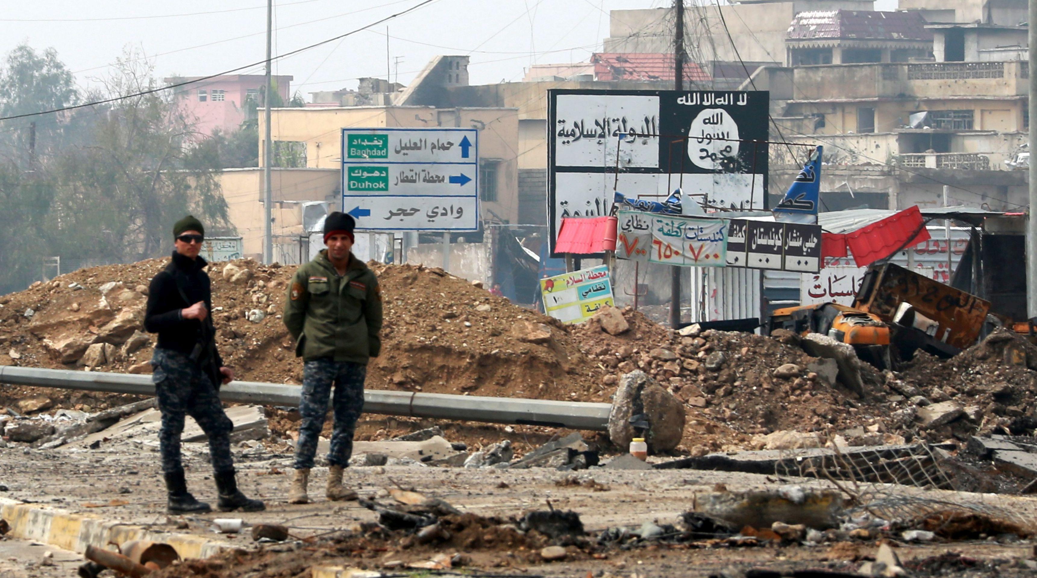 Irački violinist svira dok pucnjava i eksplozije odjekuju Mosulom