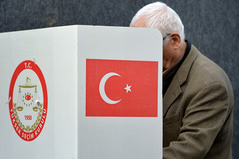 Turska podijeljena tri tjedna prije referenduma, ankete predviđaju tijesnu utrku