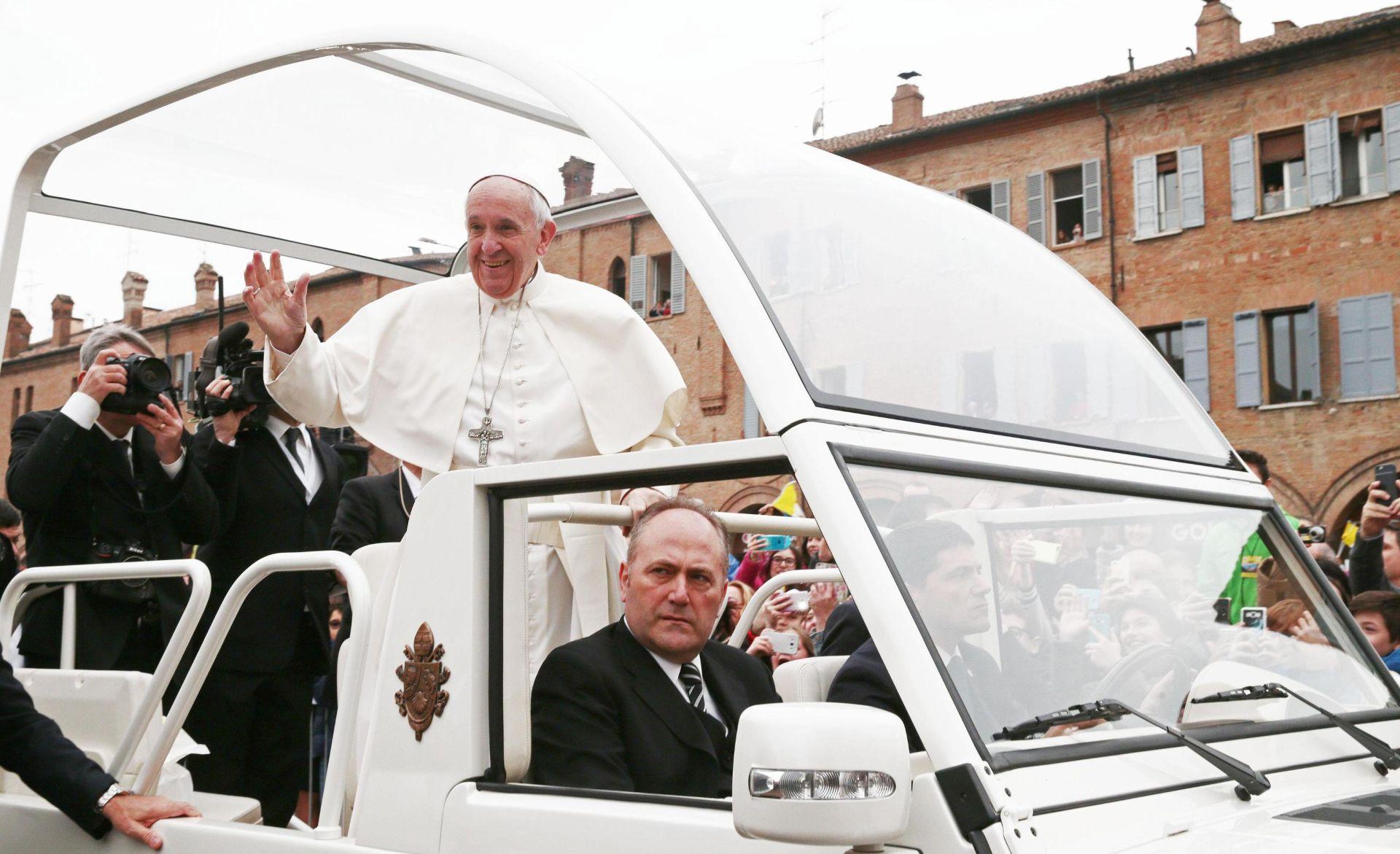 Papa u sjevernoj Italiji obnovljenoj nakon potresa 2012.
