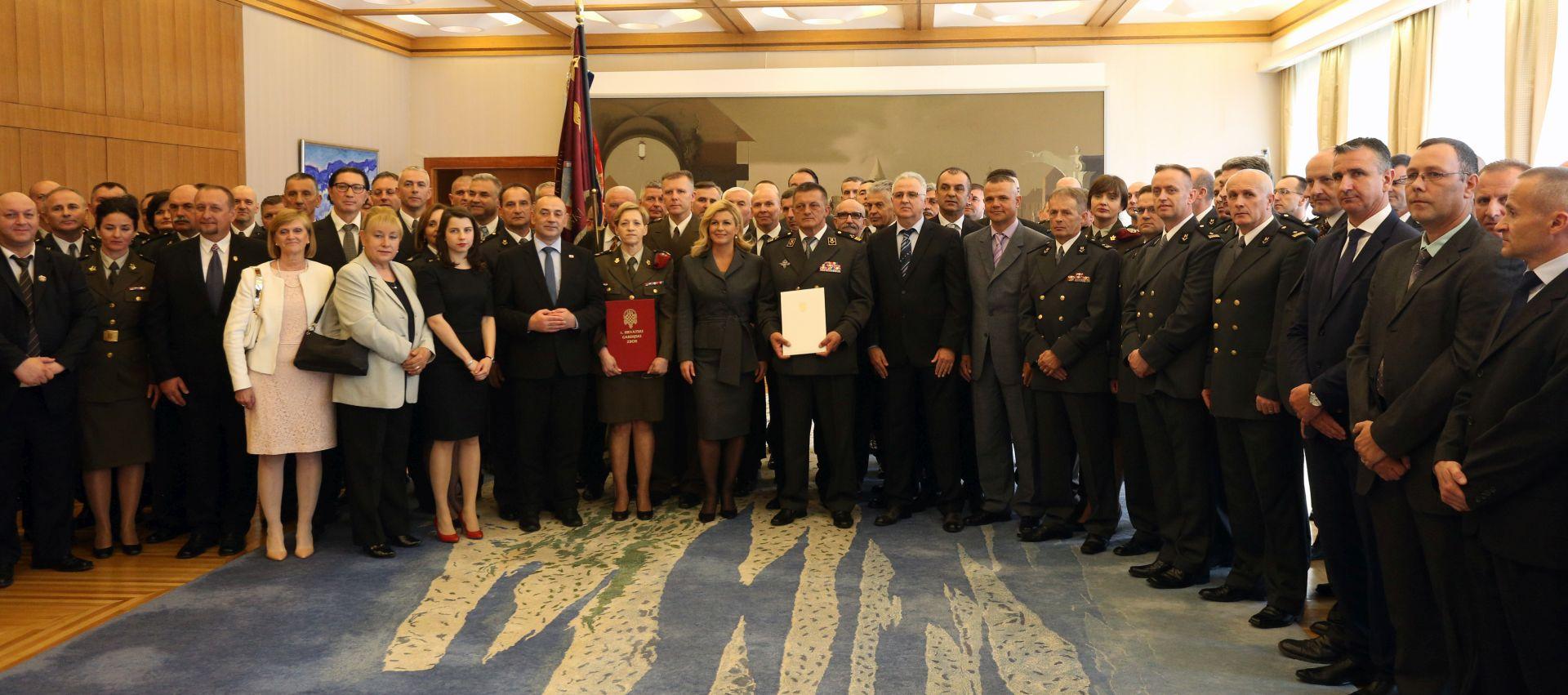 Predsjednica odlikovala 1. Hrvatski gardijski zbor za hrabrost i junaštvo
