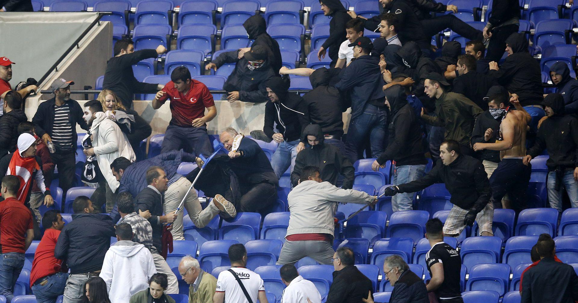 DIVLJANJE NAVIJAČA Kažnjeni Bešiktaš i Konyaspor