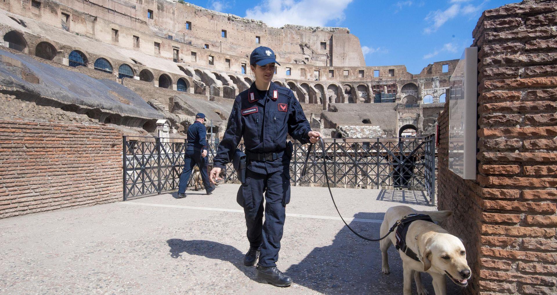 Papa Franjo vodi Križni put oko rimskog Koloseuma