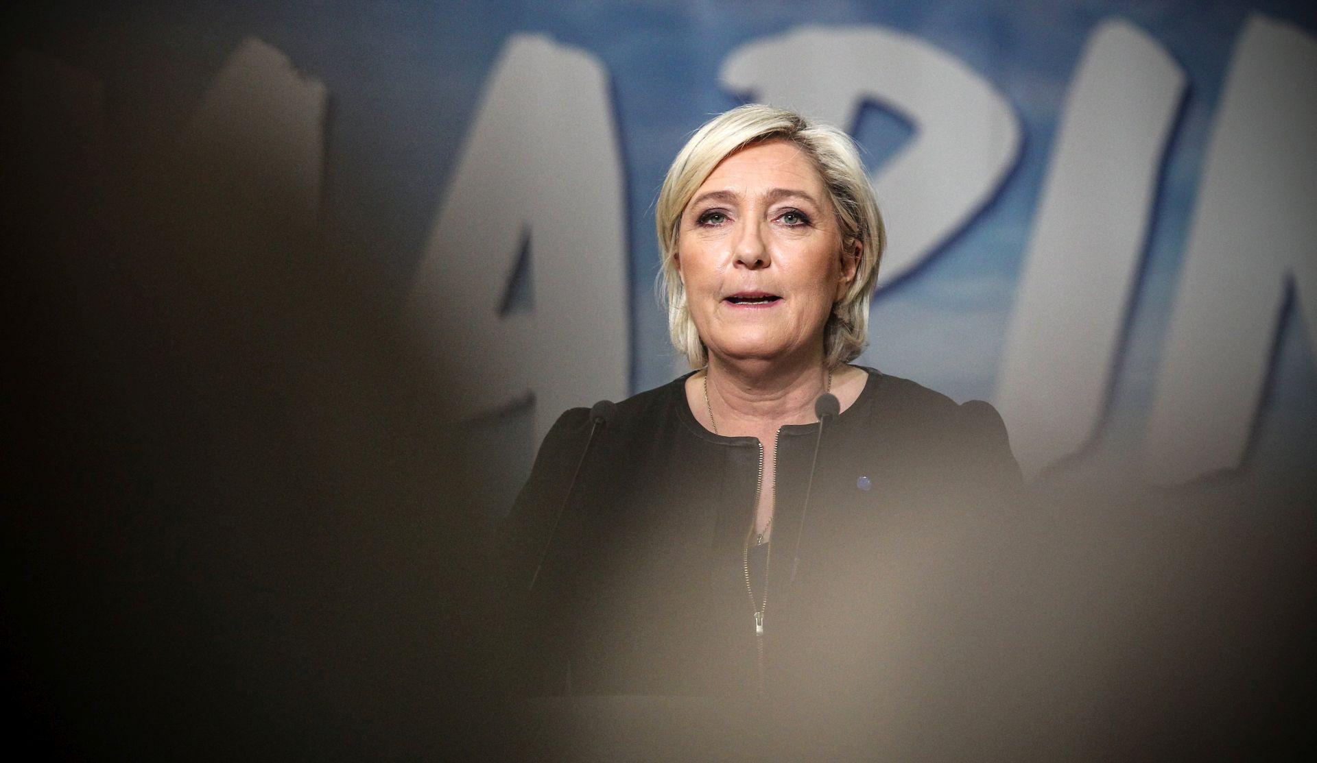 Le Pen u intervjuu zatražila da se makne zastava EU iza nje