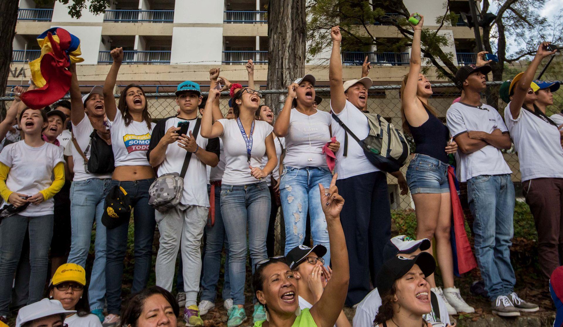 Oporba u Venezueli blokira ceste jačajući pritisak na Madura
