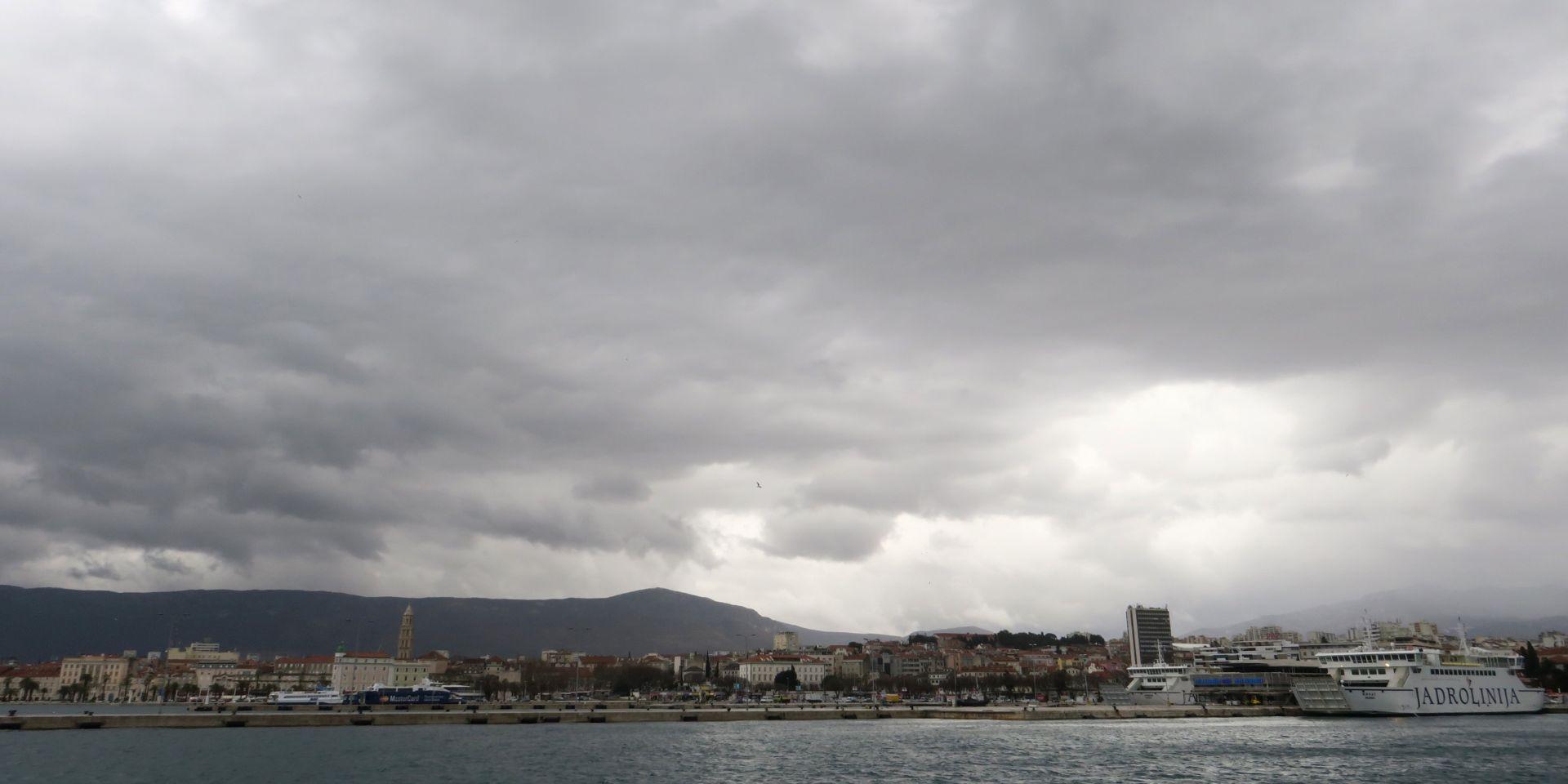 VRIJEME Pretežno oblačno, mjestimice s kišom