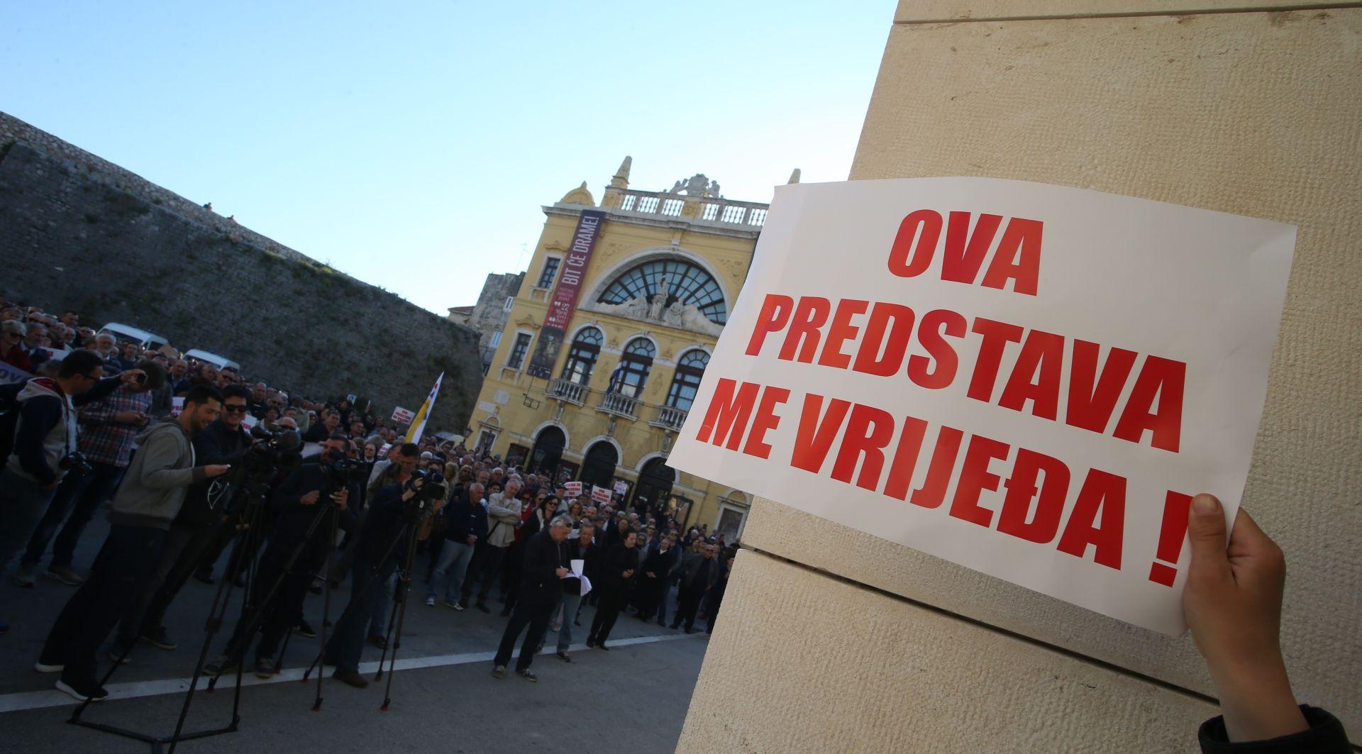 Interventna policija izbacila prosvjednike iz splitskog HNK