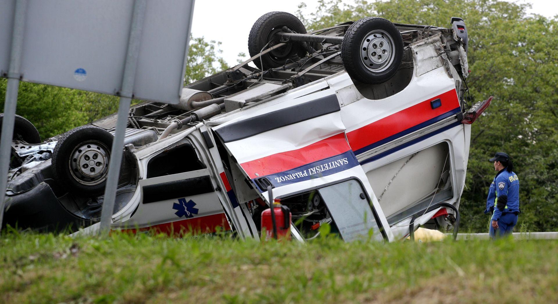ZAGREB Vozilo Hitne pomoći završilo na krovu, 2 ozlijeđih
