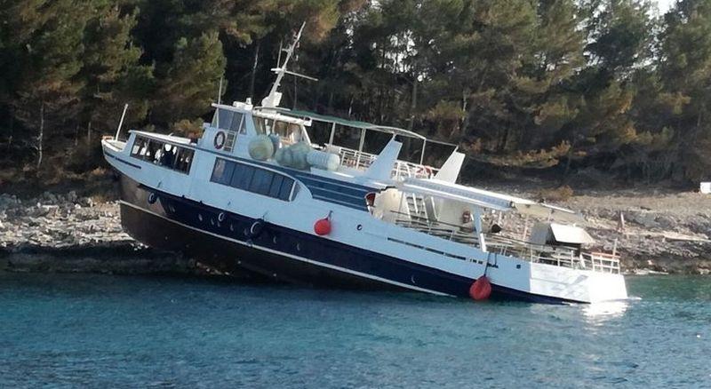 Putnički brod nasukao se na Šćedro, koćarica na Murter