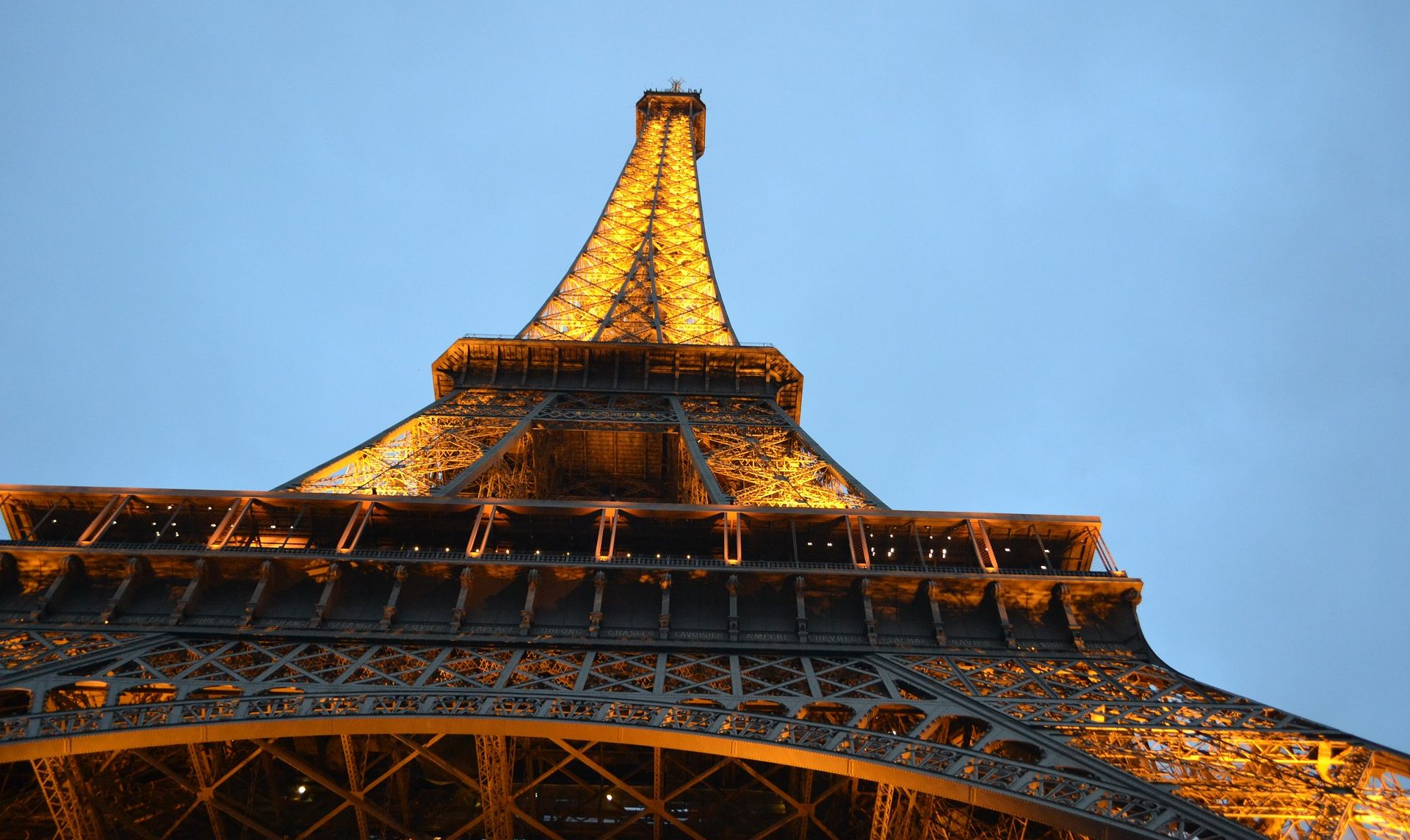 PARIZ Na kolodvoru uhićen muškarac s nožem, htio je napasti policajce