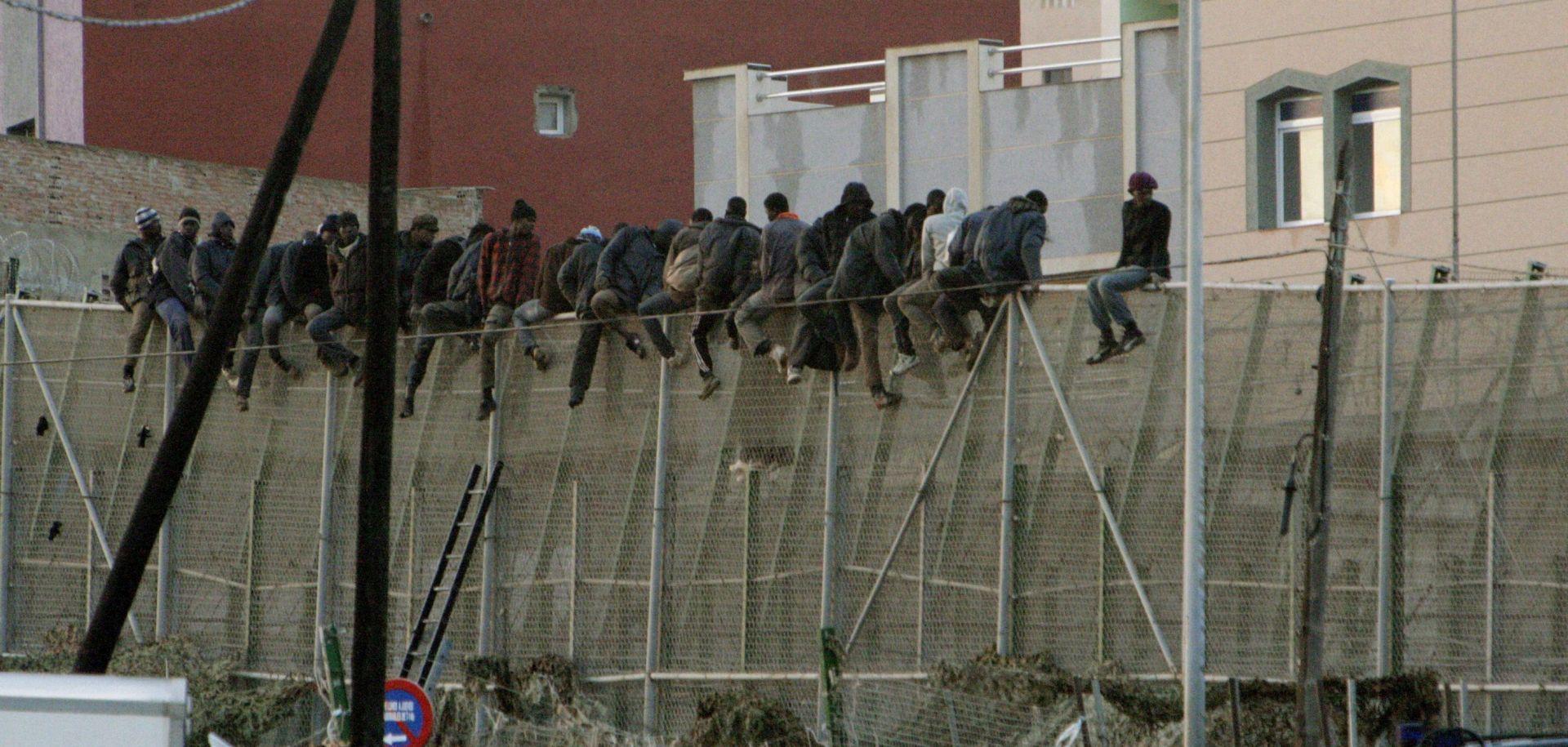 VIDEO: Više od 700 migranata sukobilo se sa španjolskim graničarima
