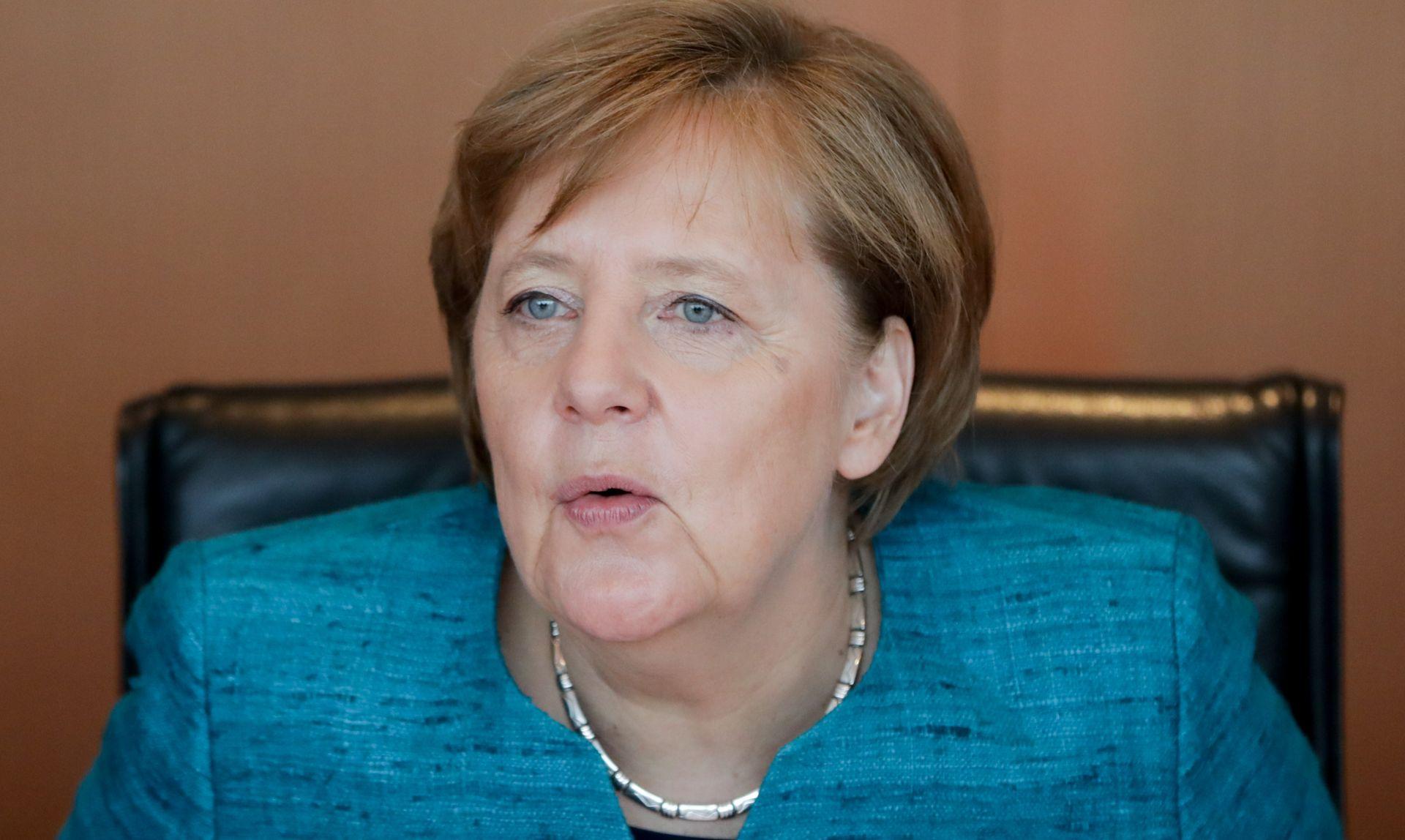Merkel ljuta zbog curenja detalja s večere Juncker-May