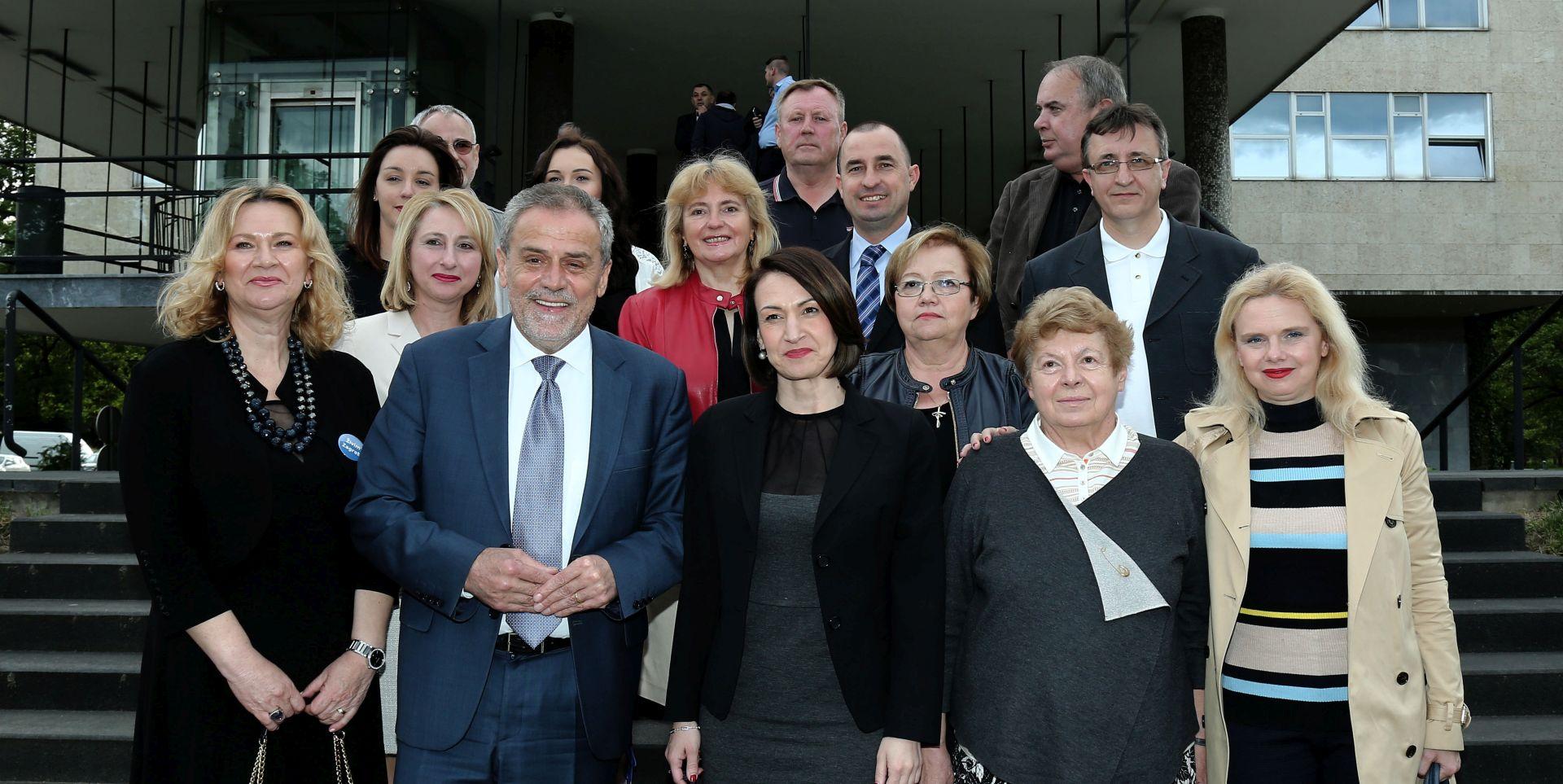 Bandić predao kandidaturu sa 67.000 potpisa Zagrepčana za šesti gradonačelnički mandat