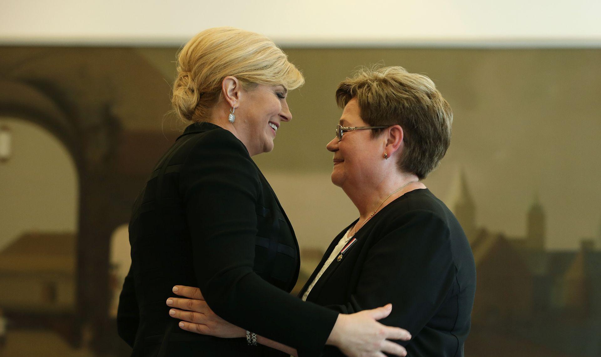 Predsjednica Republike odlikovala Irenu Kačić, majku najmlađe žrtve pokolja na Ovčari