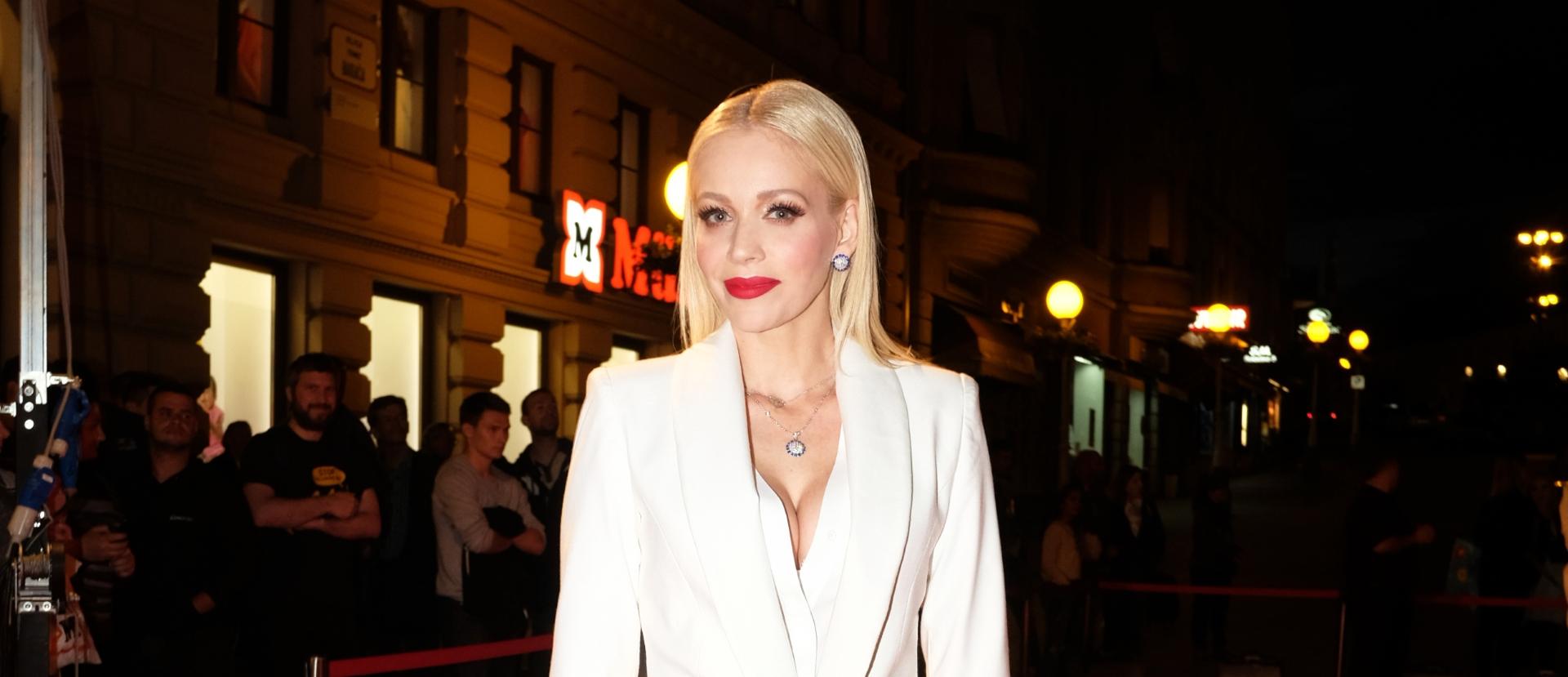 FOTO: Jelena Rozga u bijelom odijelu splitskog modnog studia Arileo