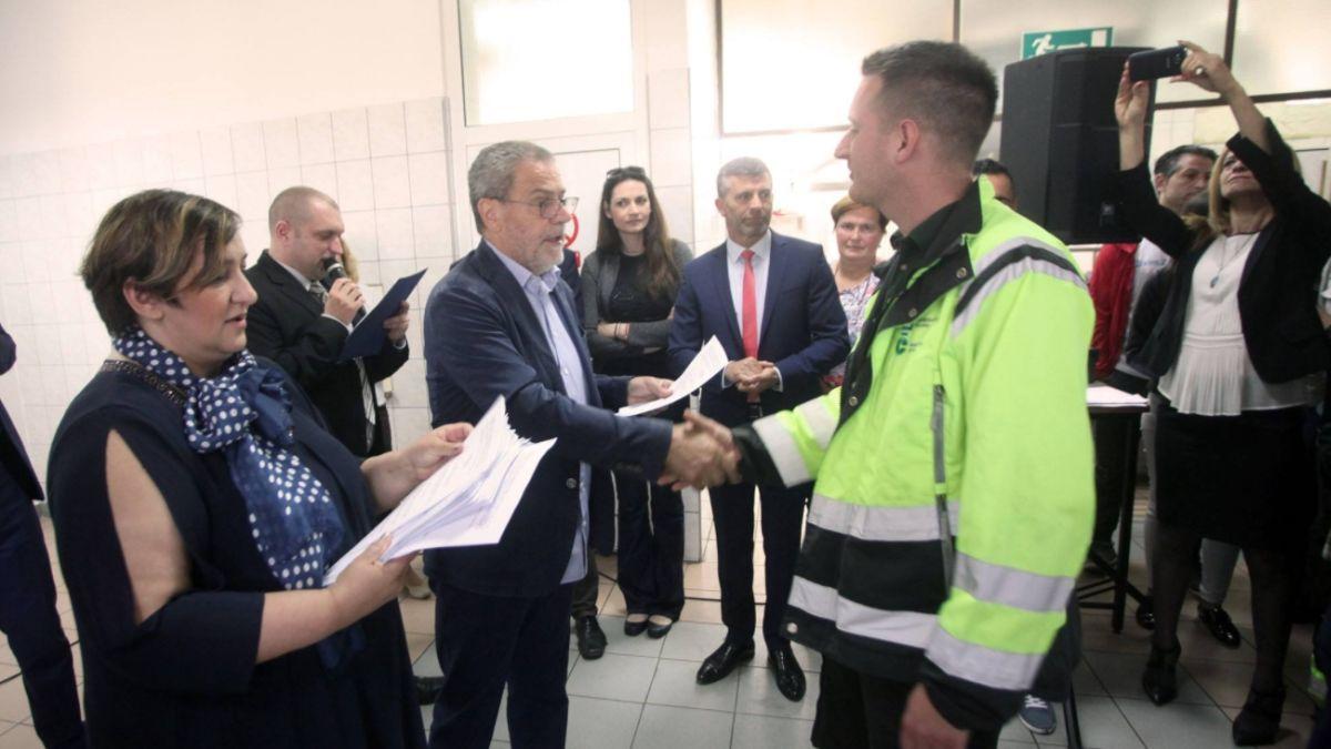DVA DANA PRIJE IZBORA Bandić uručio 256 ugovora o stalnom radnom odnosu u Čistoći