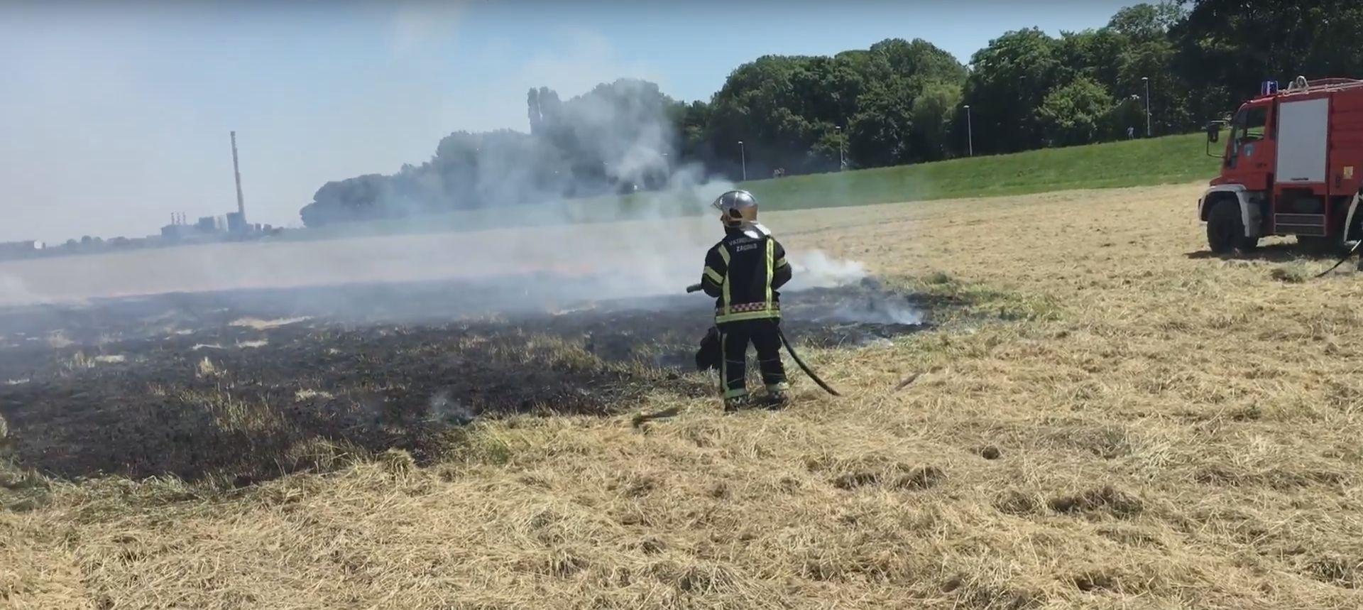 ZAGREB Maturant bacio signalnu raketu s Mosta slobode i izazvao požar pored rijeke Save