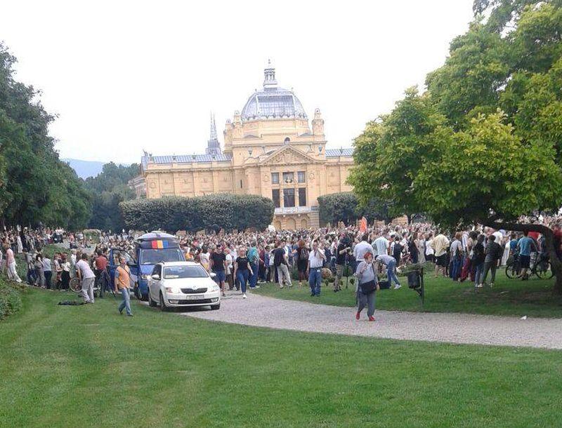 UŽIVO: PROSVJED ZA OBRAZOVANJE 'Želimo otvorenu Hrvatsku koja pomaže svim ljudima, želimo mlade koji postavljaju pitanja'
