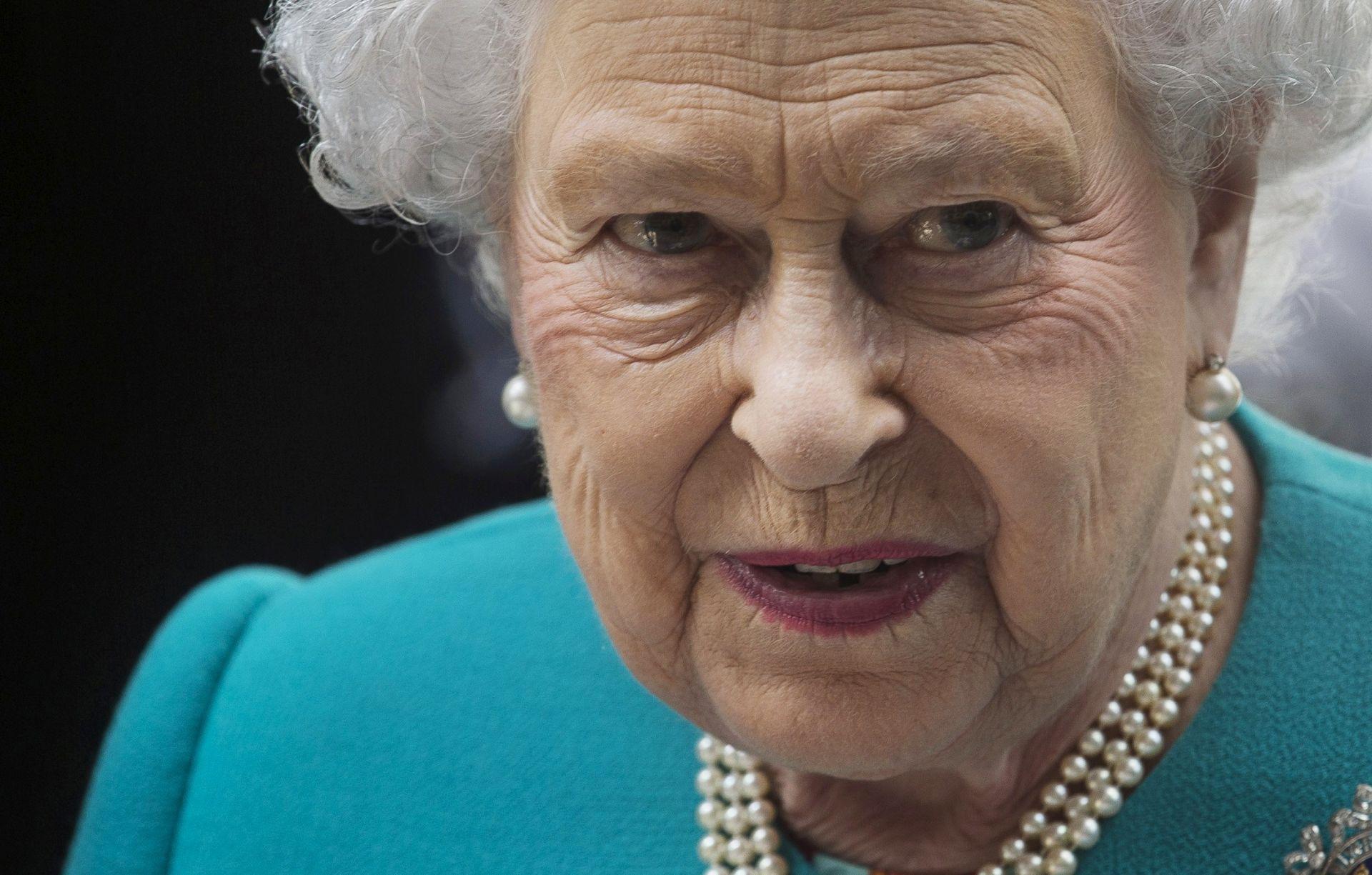 Kraljica Elizabeta pohvalila vatrogasce i lokalnu zajednicu nakon požara