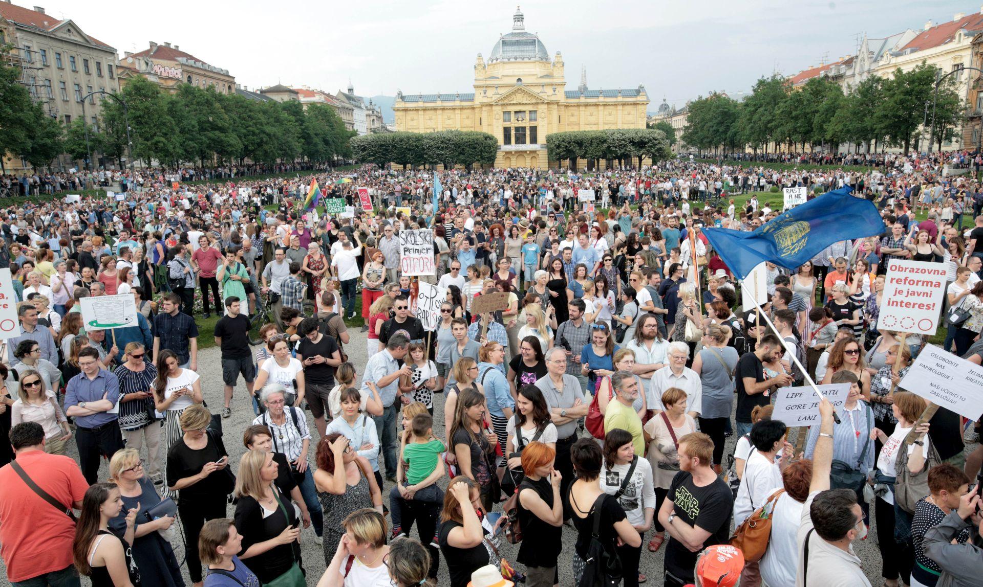 S prosvjedne akcije 'Čekajući tramvaj zvan obrazovna reforma' zatražene ostavke vodećih ljudi u odgoju i obrazovanju
